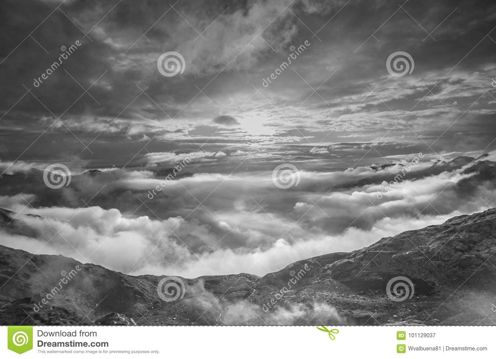 Paesaggio in bianco e nero della montagna