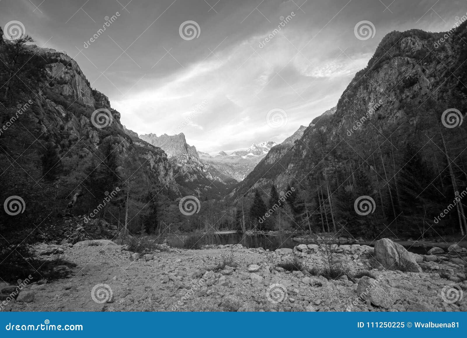 Paesaggio in bianco e nero della montagna di Val Masino