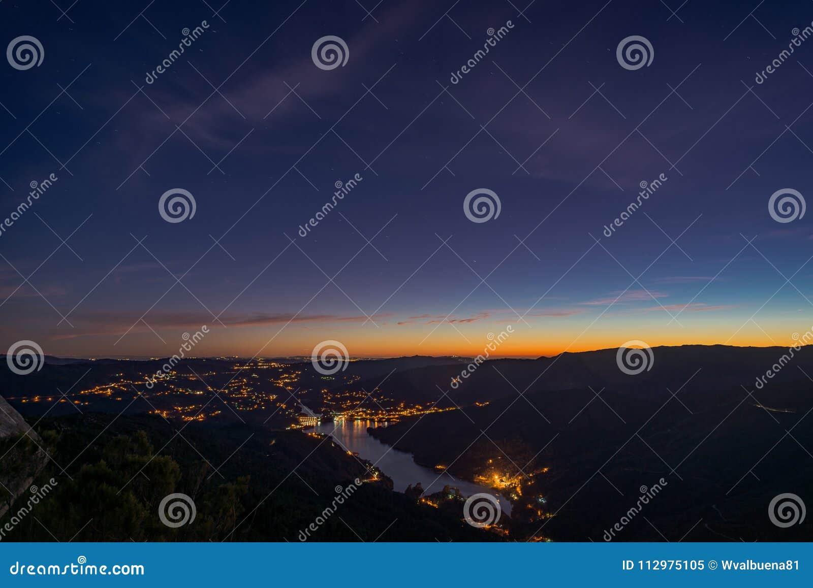 Paesaggio blu della montagna di colori di ora