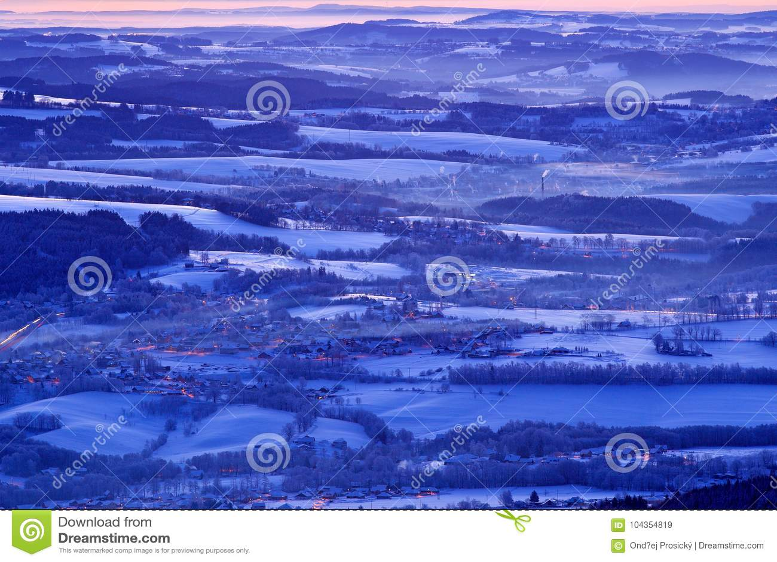 Paesaggio blu di inverno, foresta dell albero con neve, ghiaccio e brina Luce rosa di mattina prima di alba Penombra di inverno,