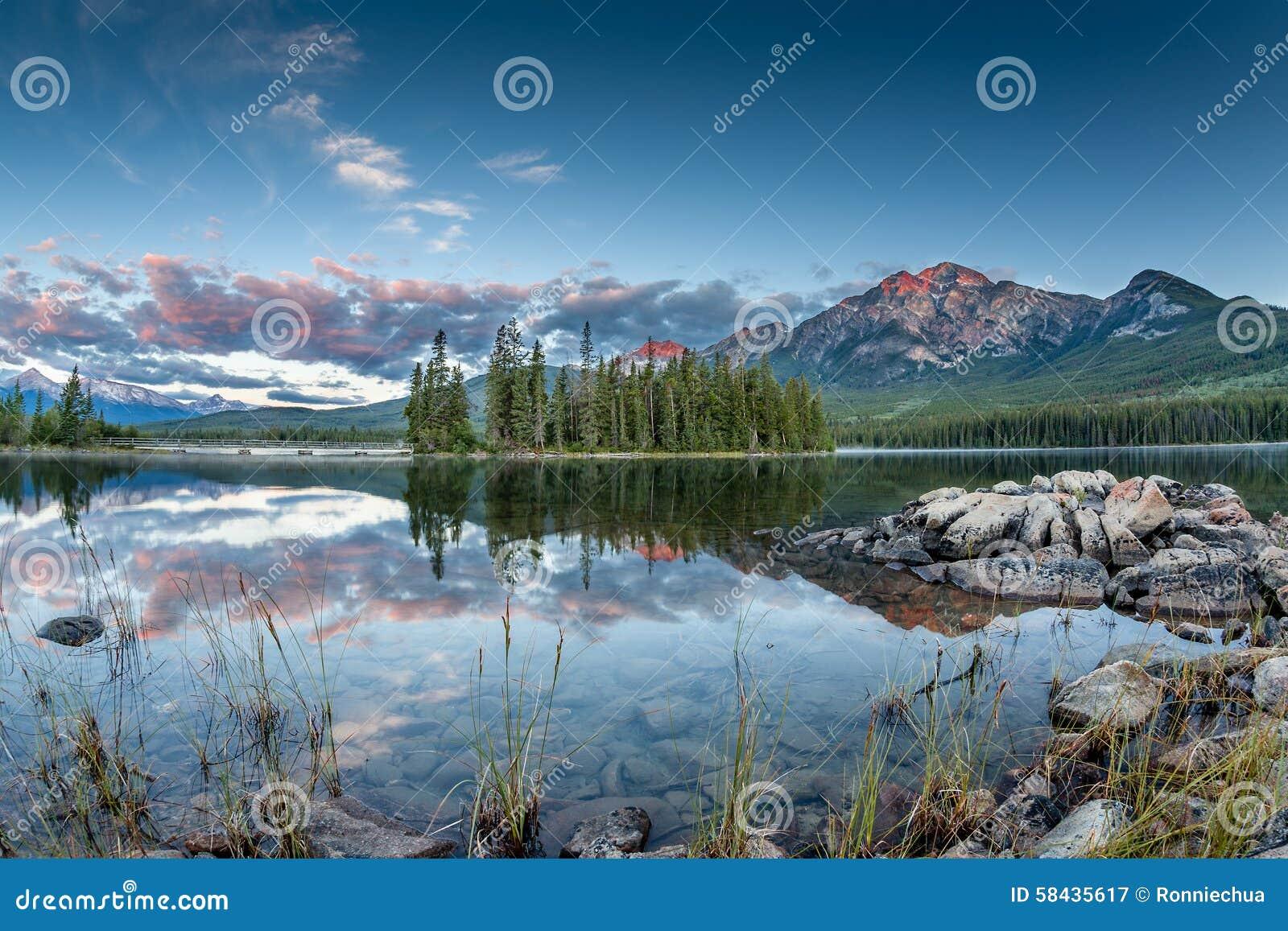 Paesaggio canadese: Alba nel lago pyramid in Jasper National P