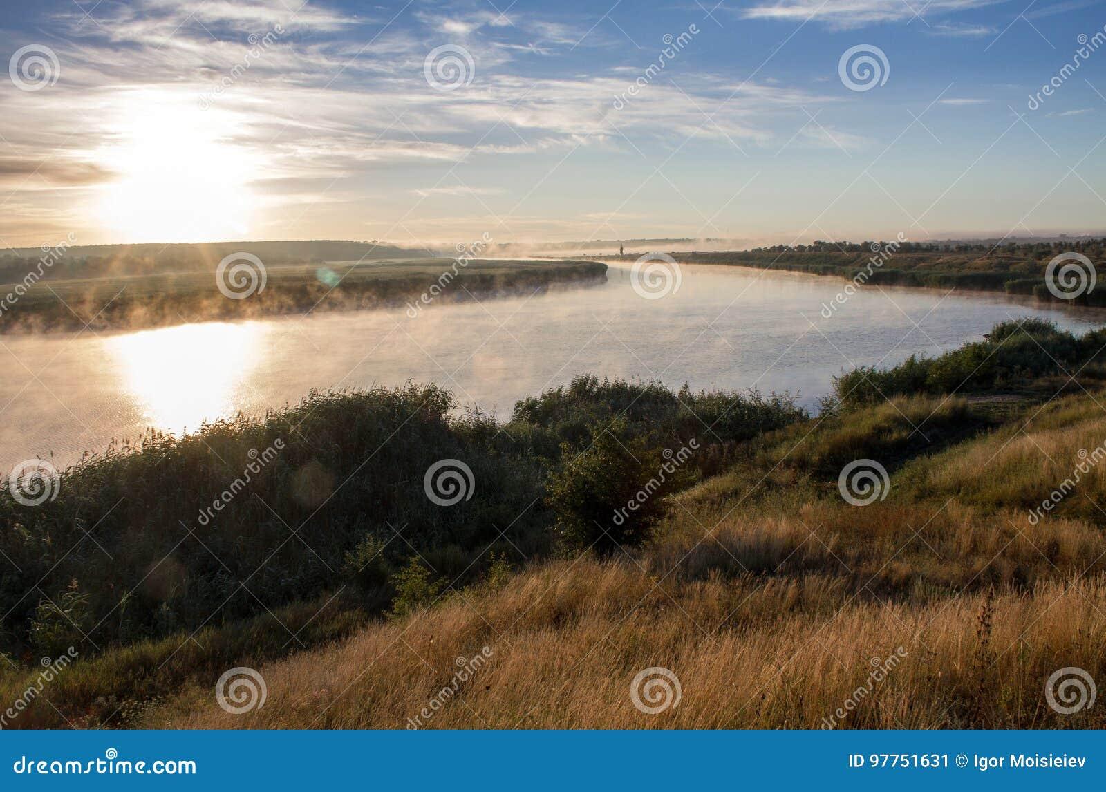 Paesaggio con il fiume di fumo ad alba