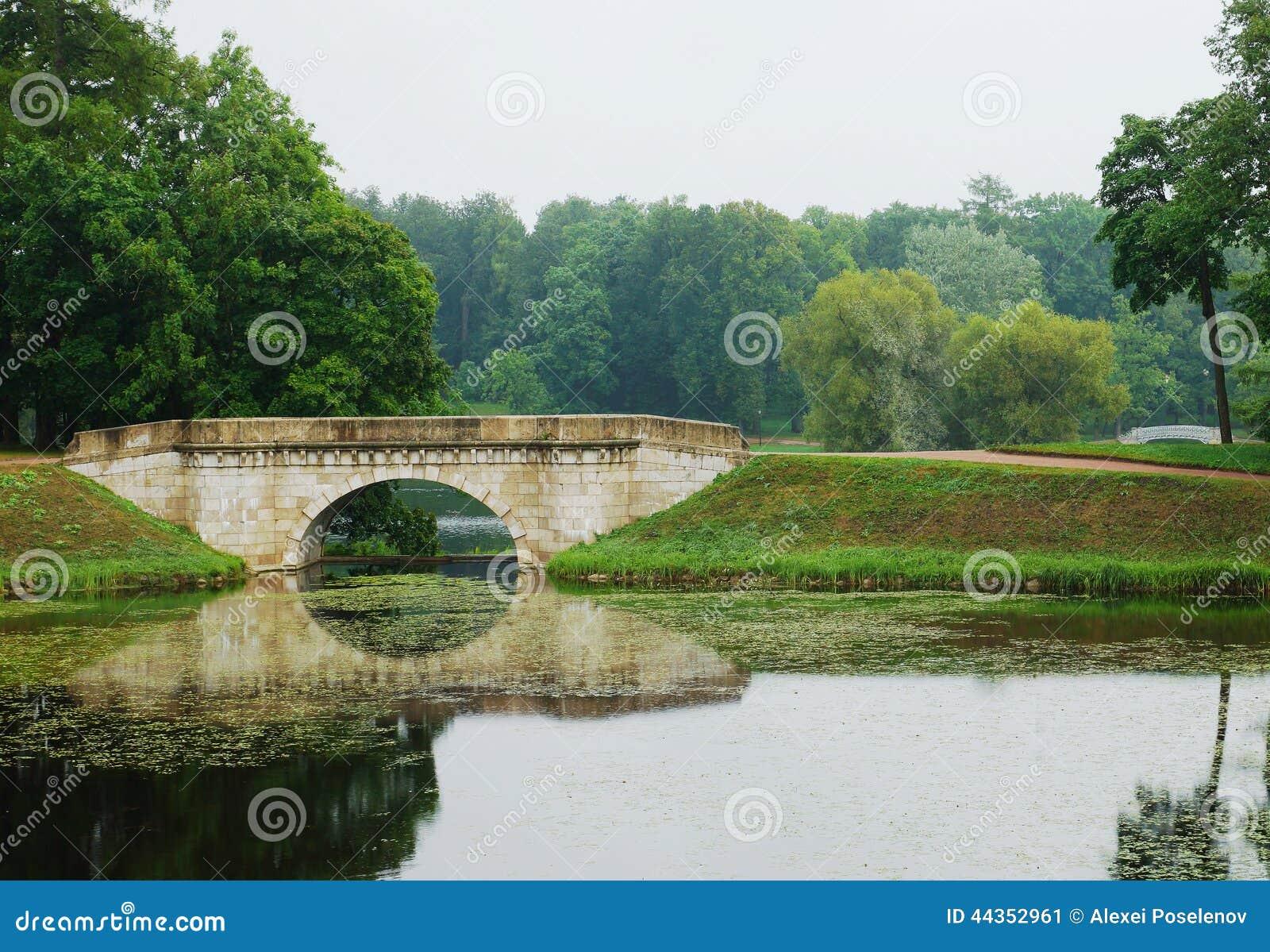 Paesaggio con il vecchio ponte di pietra