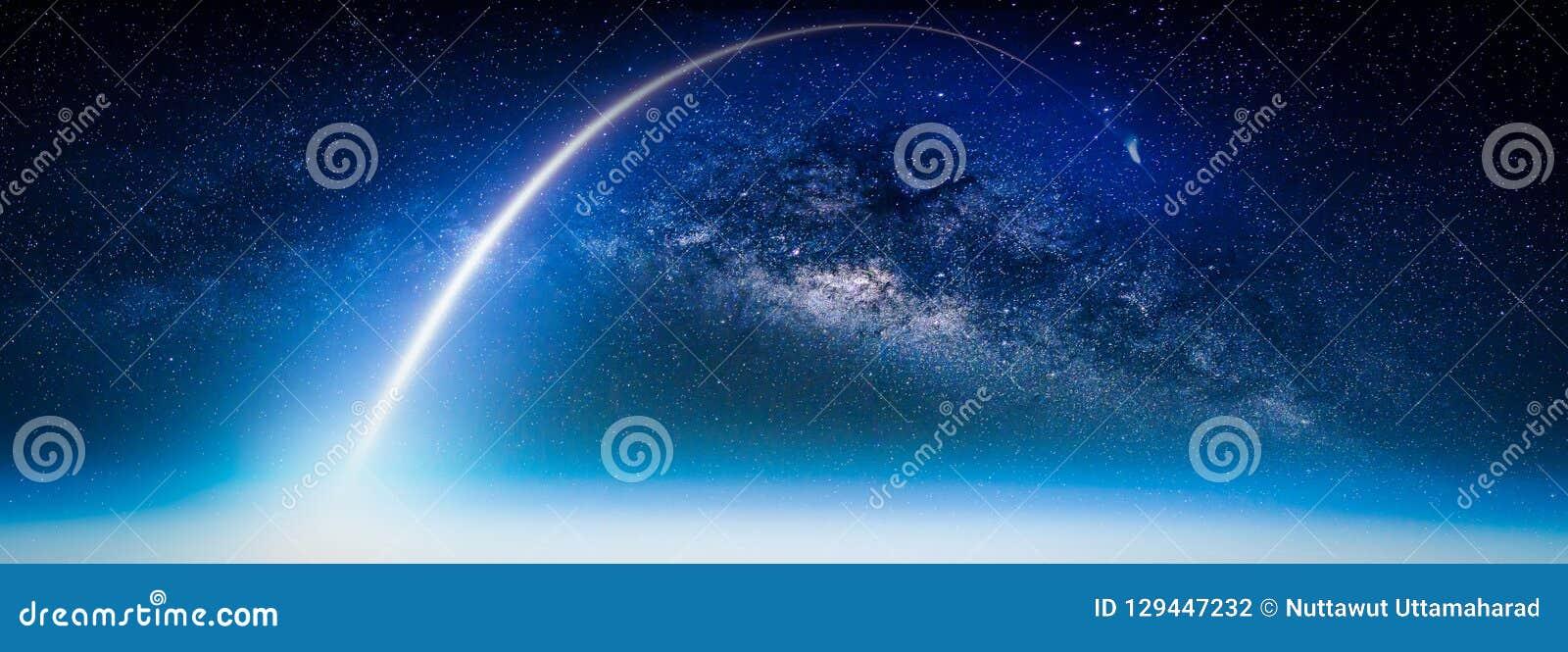 Paesaggio con la galassia della Via Lattea Vista della terra da spazio con latte