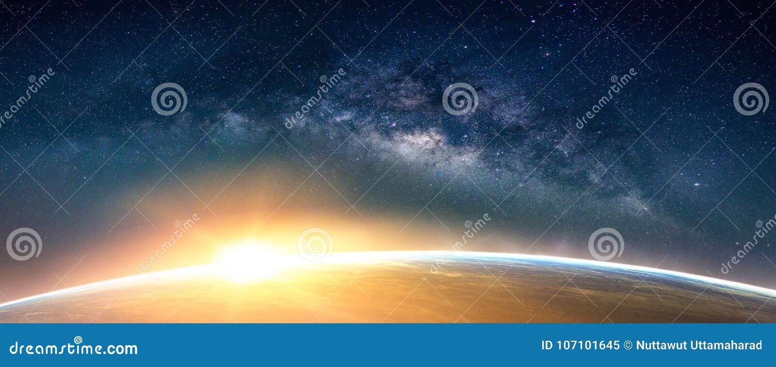 Paesaggio con la galassia della Via Lattea Vista della terra e di alba dalla stazione termale