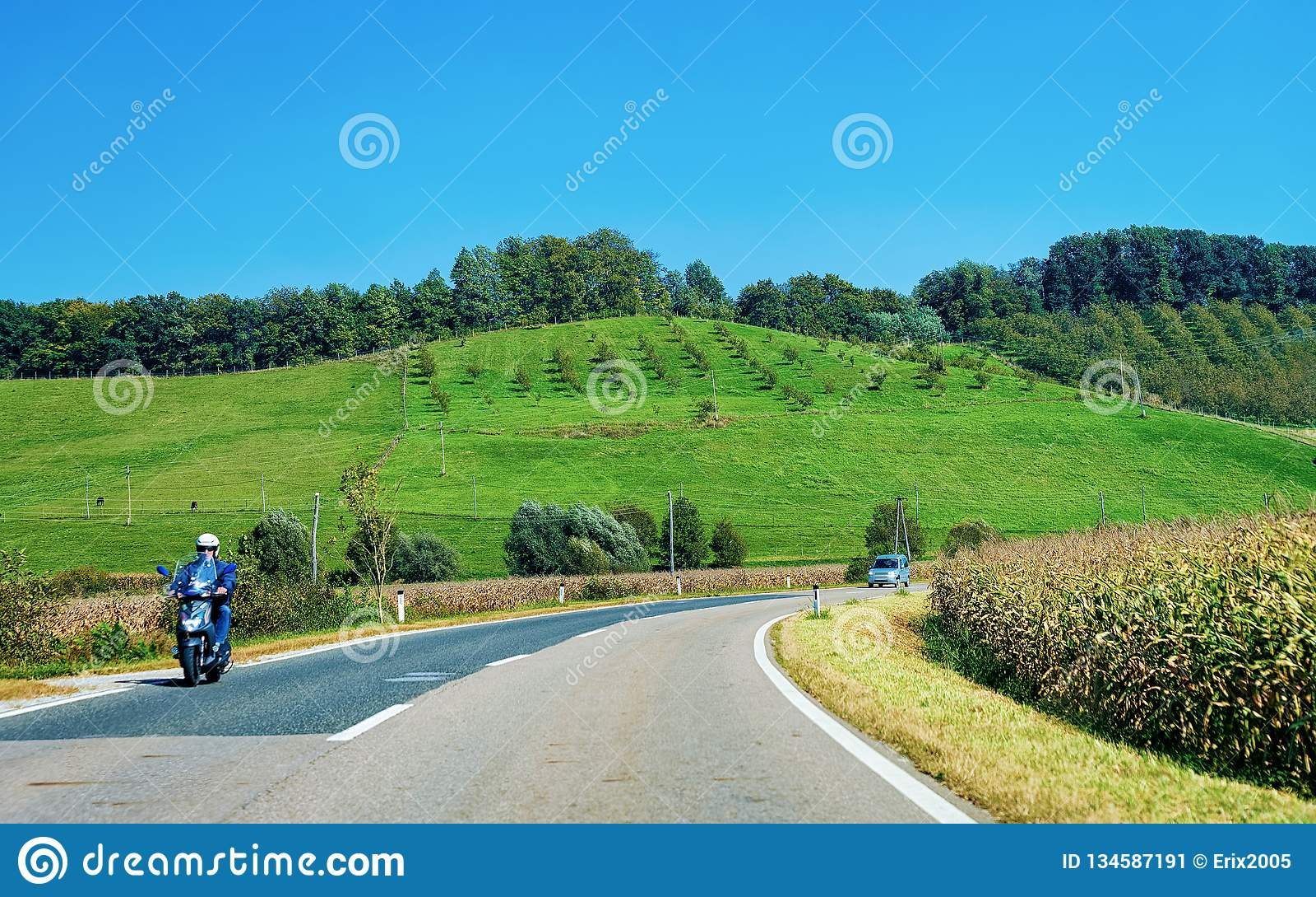 Paesaggio con le colline ed il motociclo sulla strada Maribor Slovenia