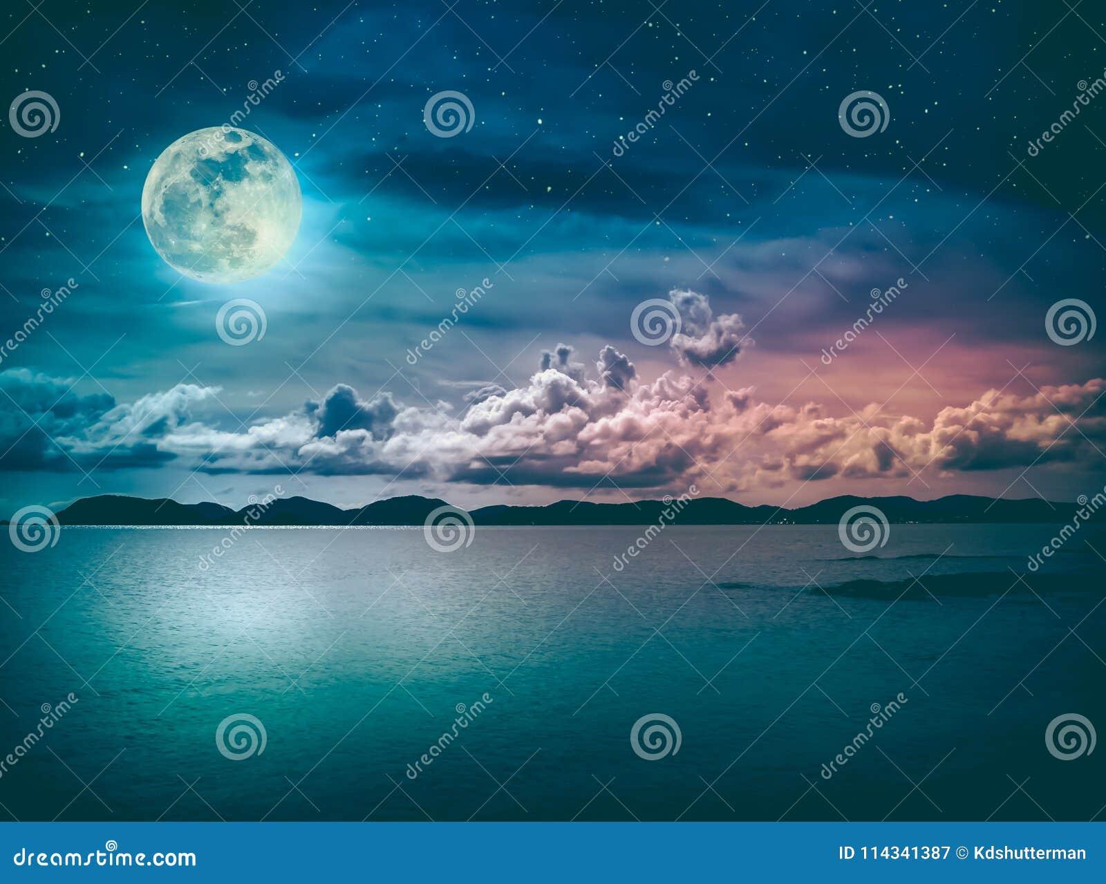 Paesaggio Del Cielo Con La Luna Piena Su Vista Sul Mare Alla Notte