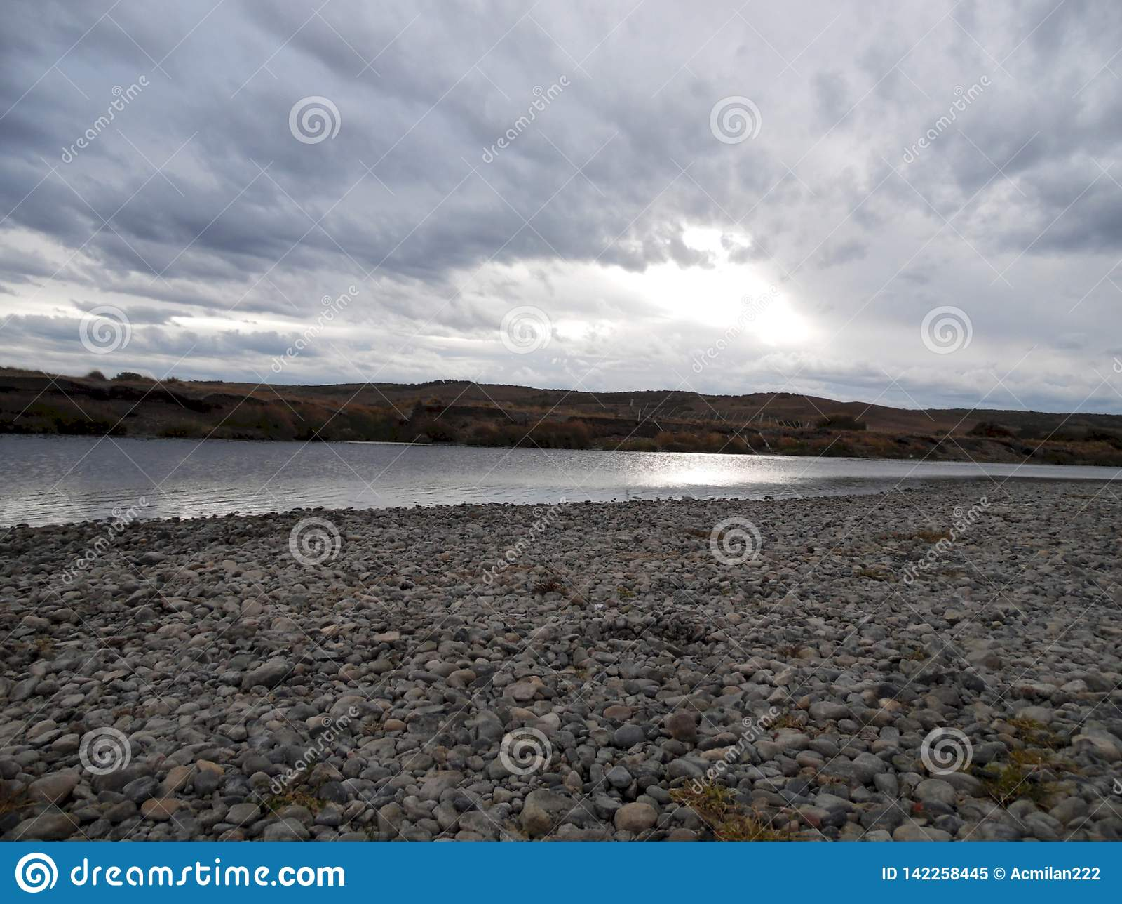 Paesaggio del fiume un giorno nuvoloso