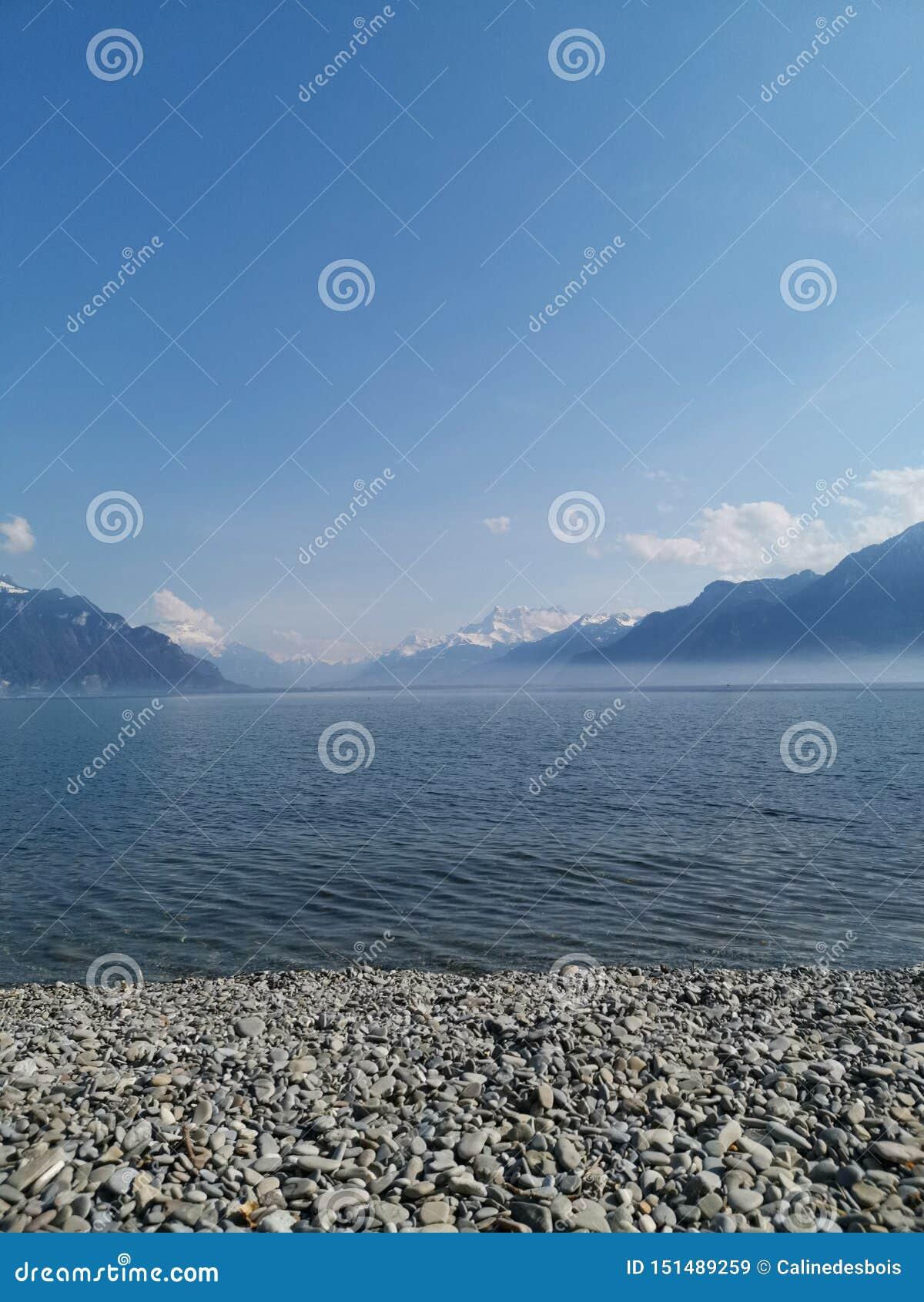 Paesaggio del lago Lemano e il withfog del du Midi delle ammaccature sul lago