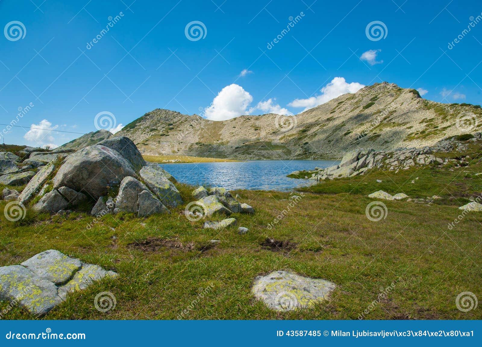Paesaggio del lago Pirin Tevno della montagna