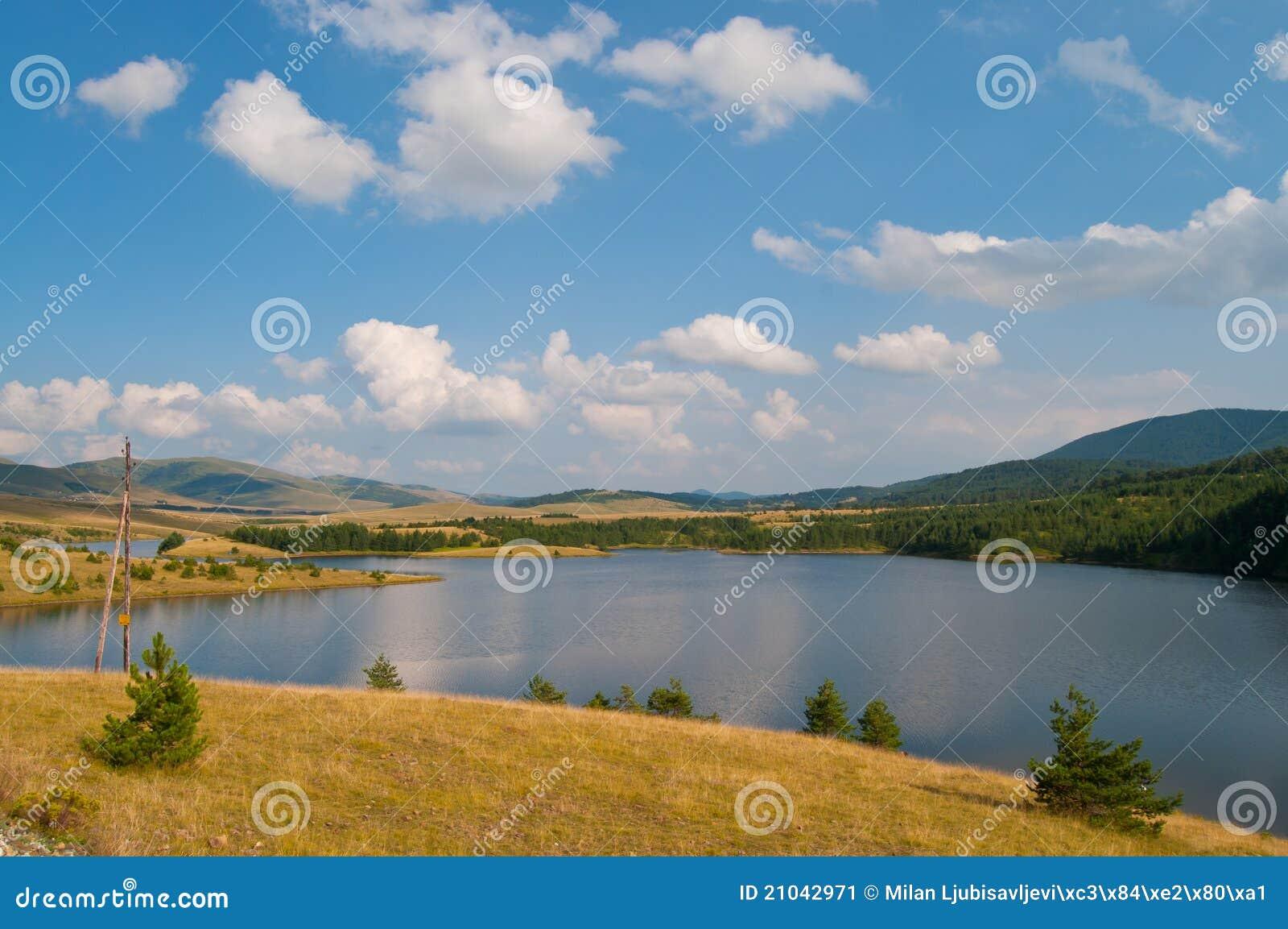 Paesaggio del lago sulla montagna di Zlatibor
