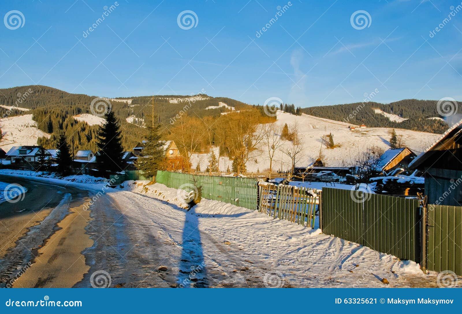 Case Di Montagna In Legno : Paesaggio del paesino di montagna con le case di legno al tramonto