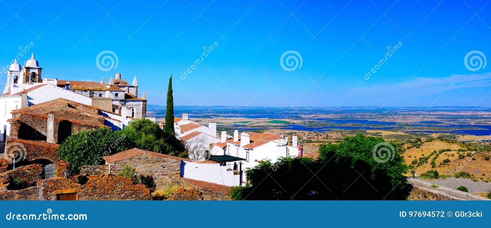 Paesaggio dell Alentejo - villaggio del castello di Monsaraz, lago Alqueva