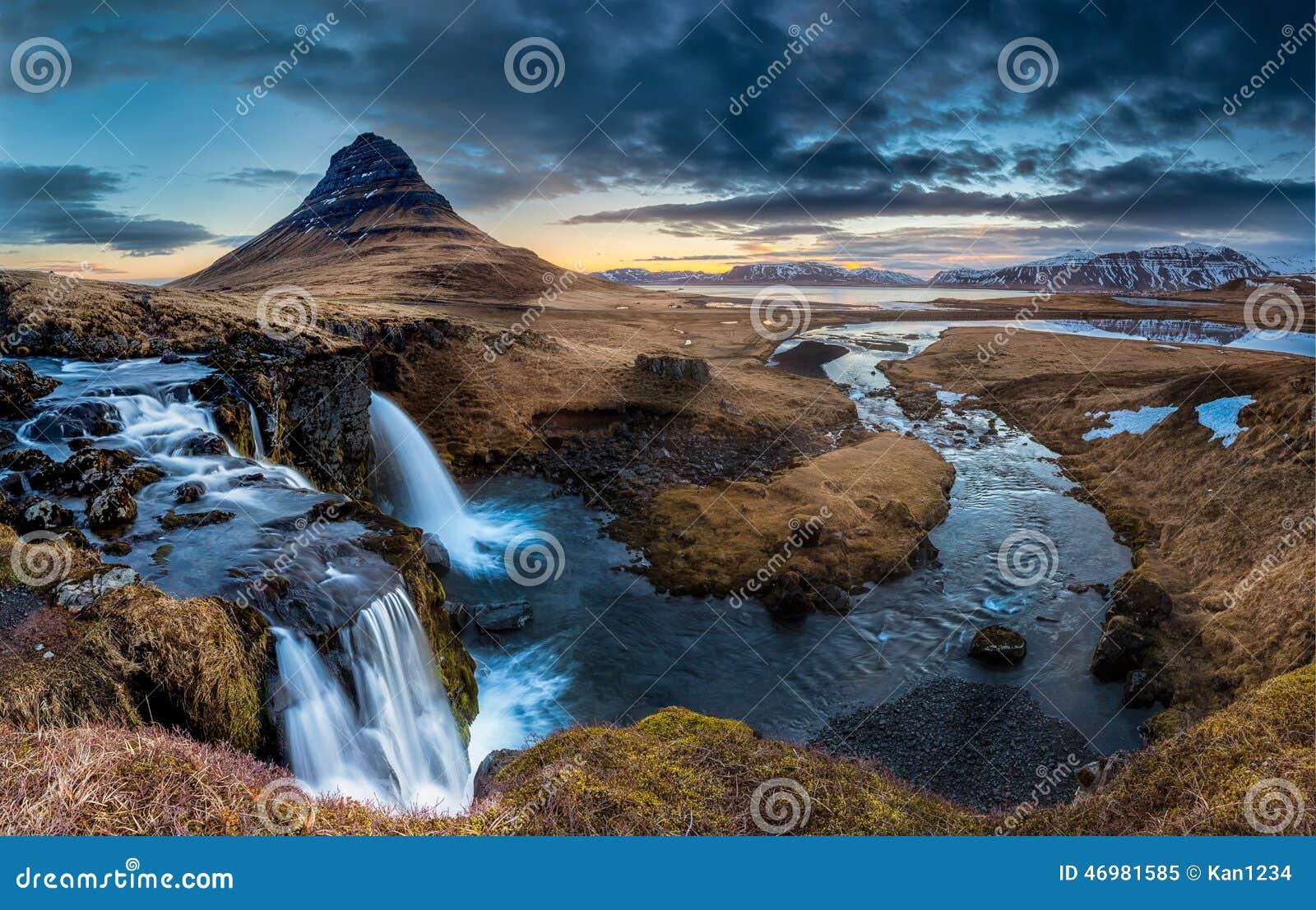 Paesaggio dell Islanda - alba al Mt Kirkjufell