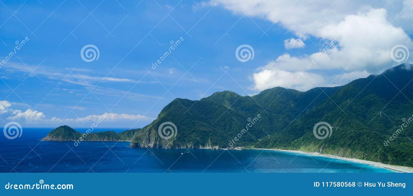 Paesaggio della costa di Wushihbi - punto naturale famoso di Yilan, Taiwan Vista aerea di occhio di uccelli con il cielo luminoso
