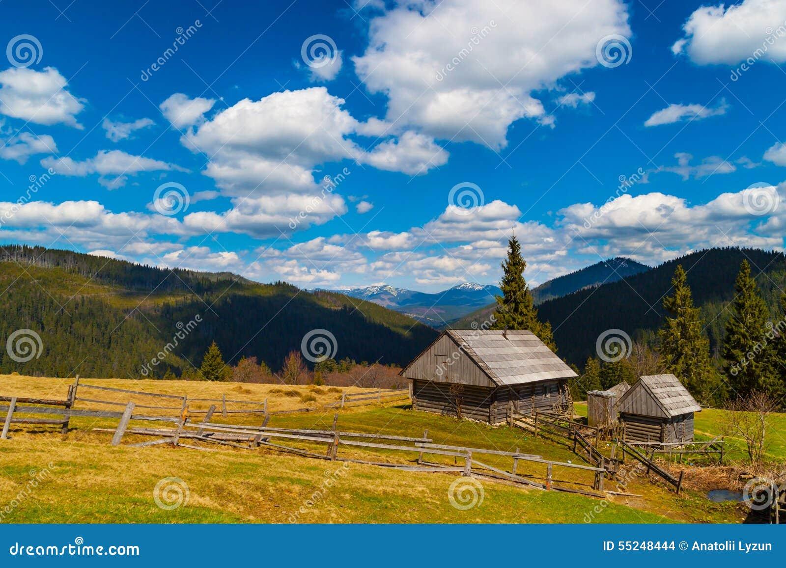 Paesaggio della montagna con due case di legno fotografia for Due case di tronchi storia