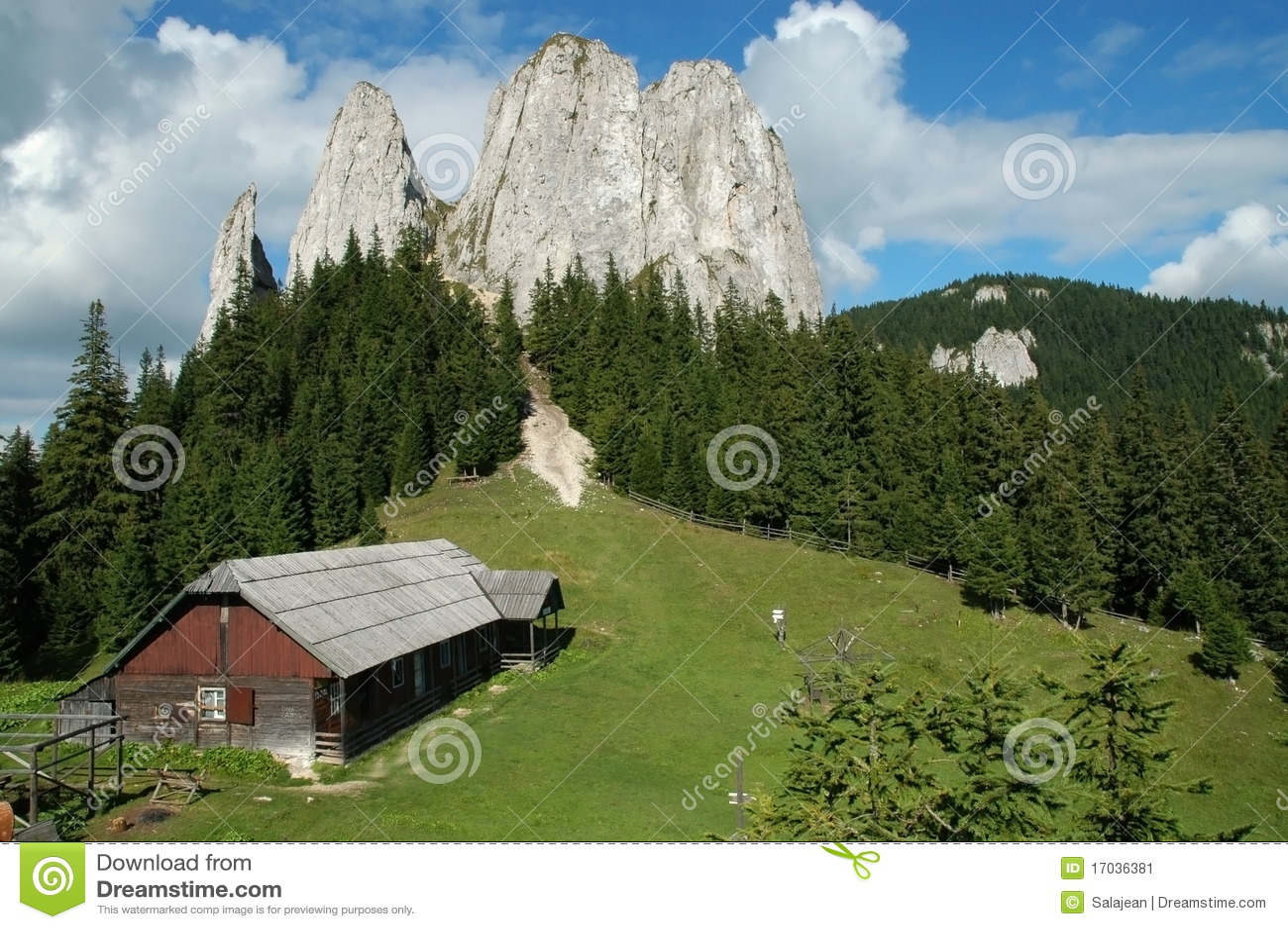 Paesaggio della montagna con una vecchia casa di legno for Planimetrie della casa di montagna