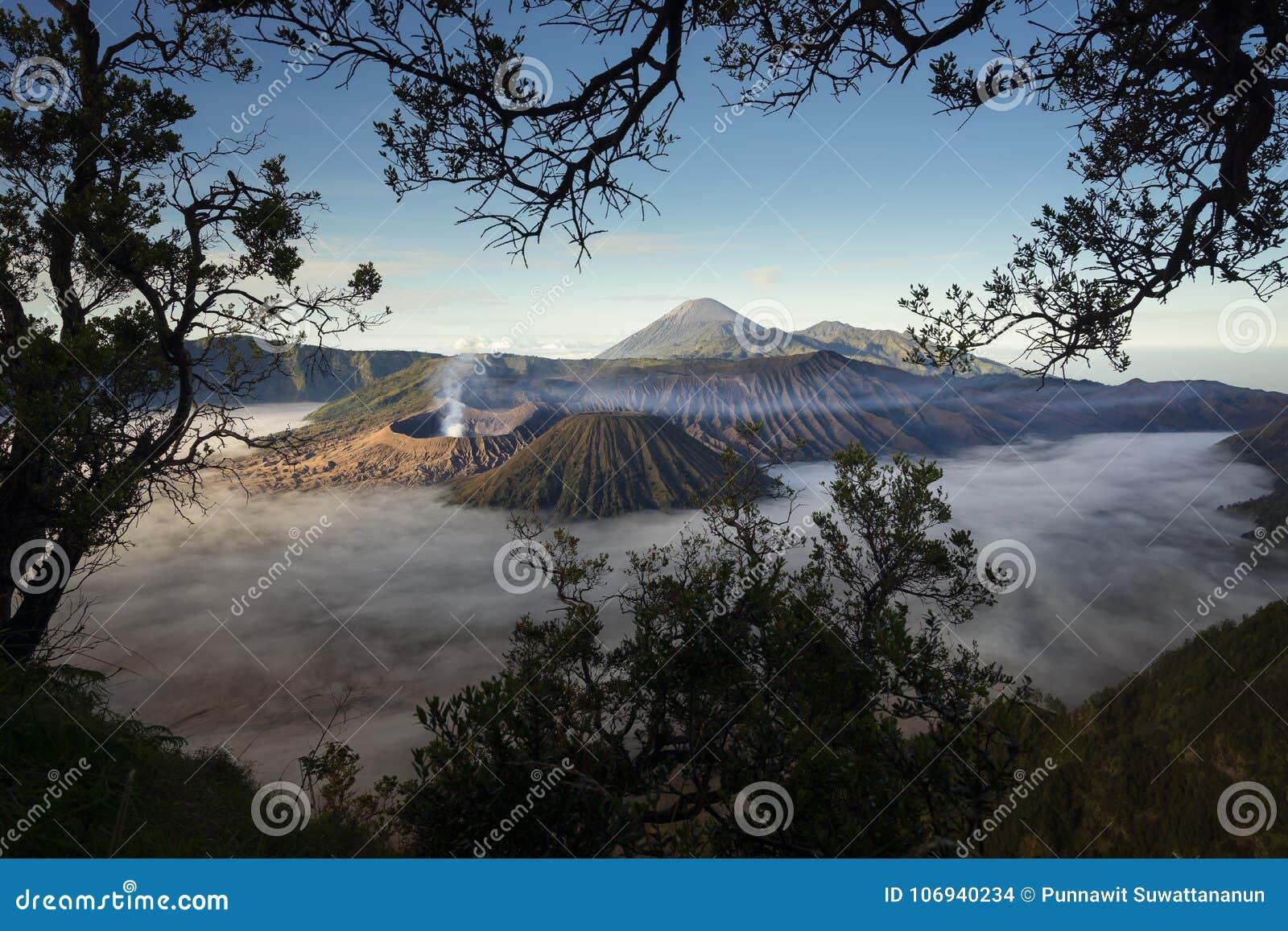 Paesaggio della montagna del vulcano di Bromo in una mattina con foschia, Ja orientale