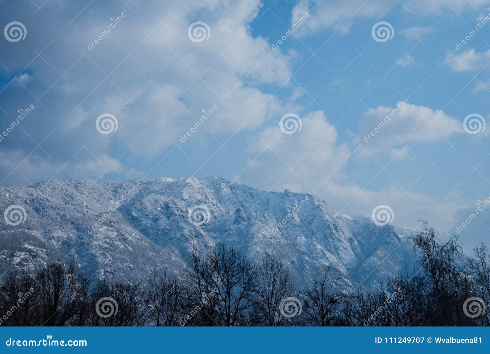 Paesaggio della montagna dopo la neve
