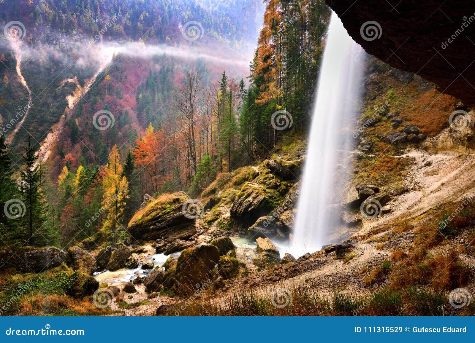 Paesaggio della Slovenia, natura, scena di autunno, natura, cascata, montagne