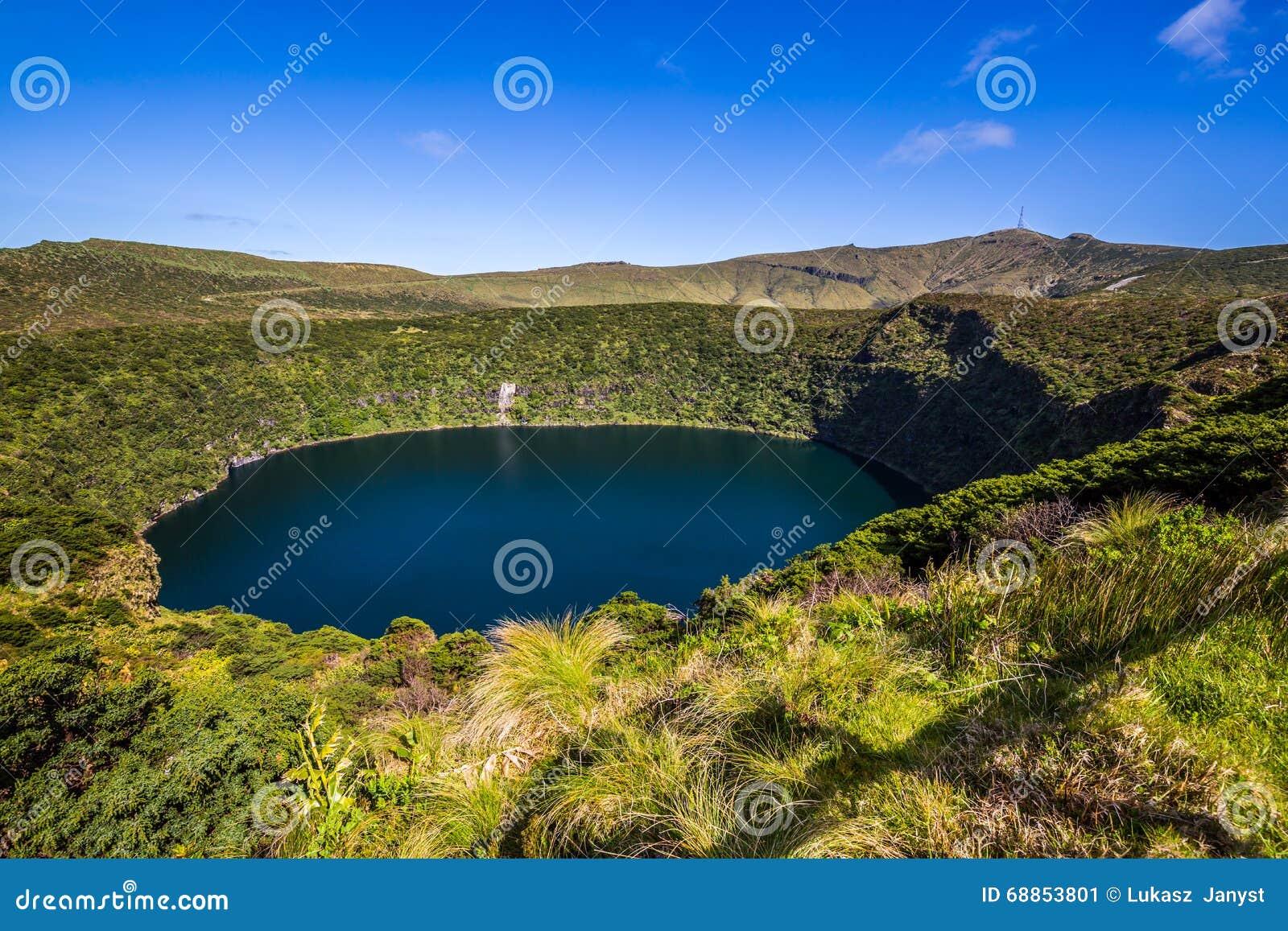 Paesaggio delle Azzorre con i laghi nell isola del Flores Caldeira Comprida