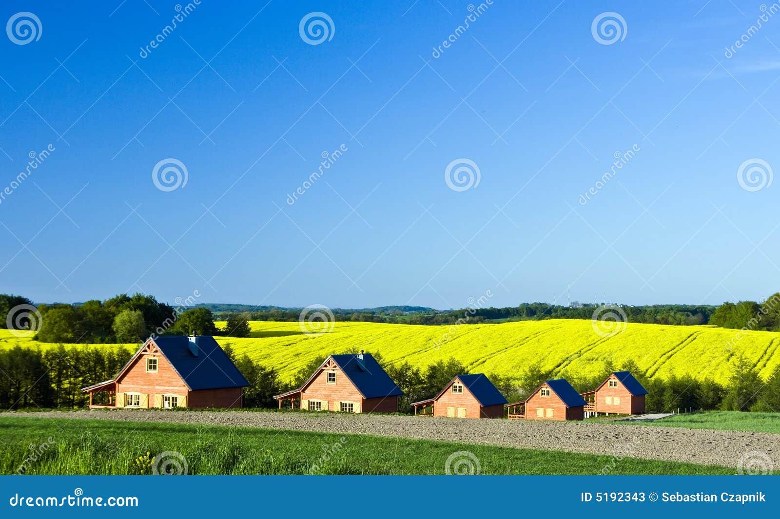 Paesaggio delle case di campagna fotografie stock for Piccole planimetrie delle case di campagna