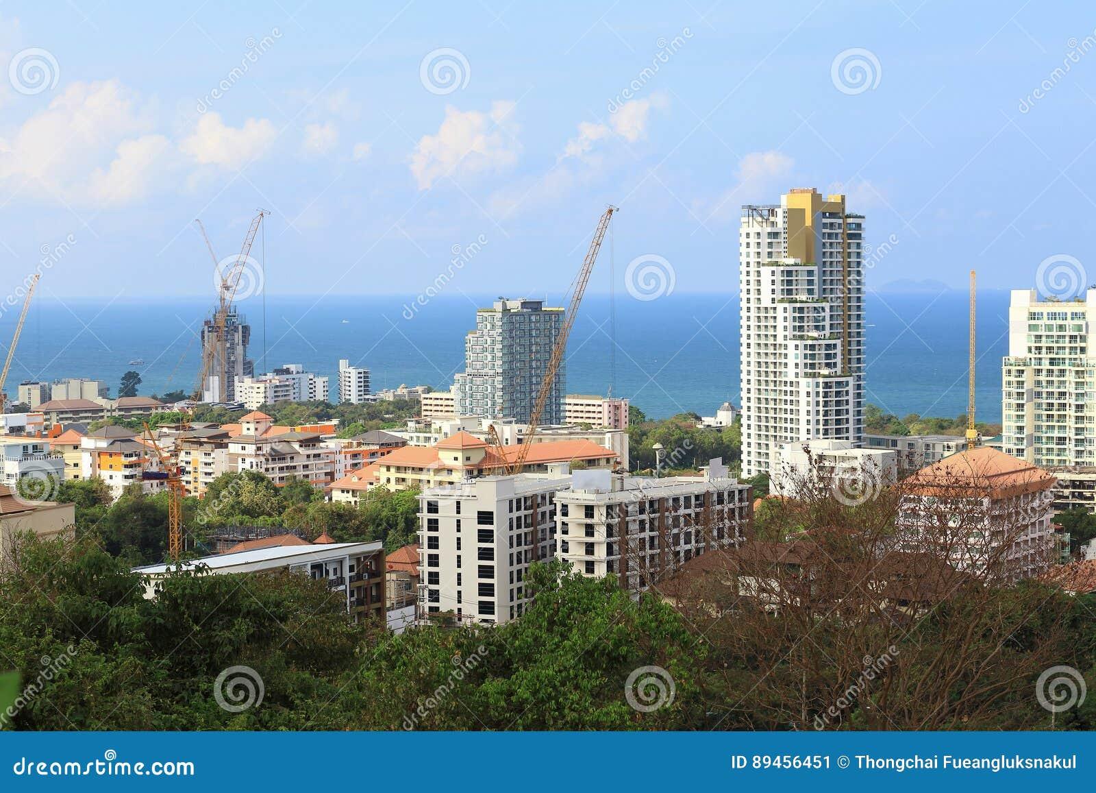 Paesaggio delle costruzioni con il mare e cielo blu e nuvola, Pattaya Tailandia
