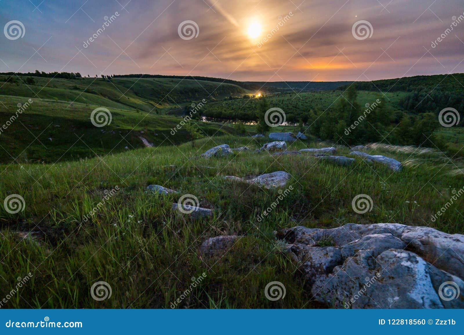 Paesaggio di alone della luna delle pietre di notte