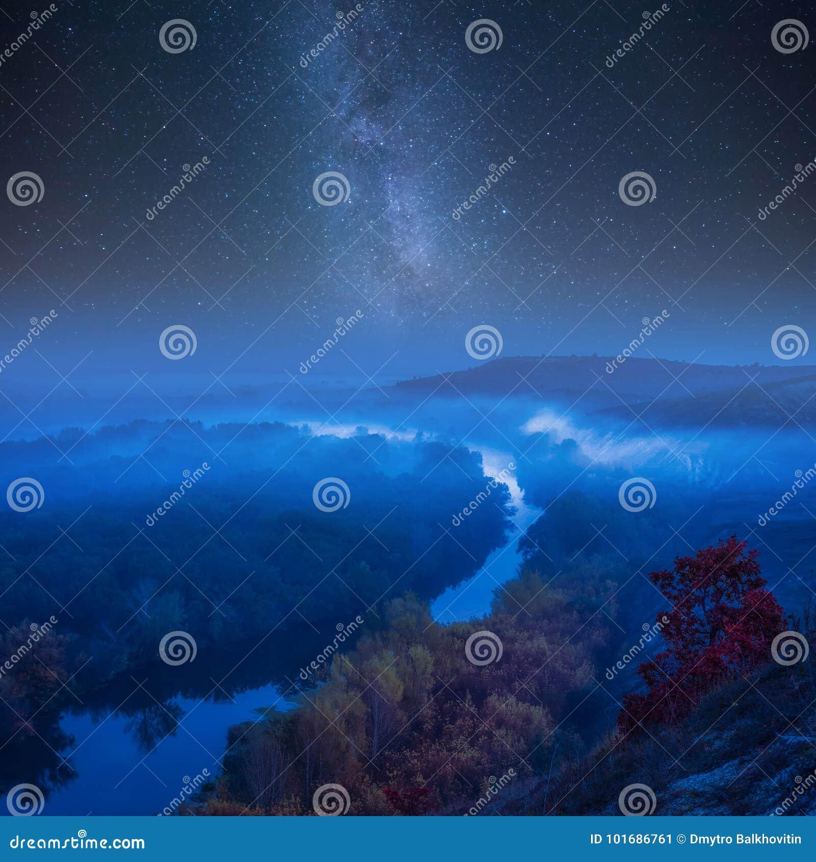 Paesaggio di autunno di notte con la galassia