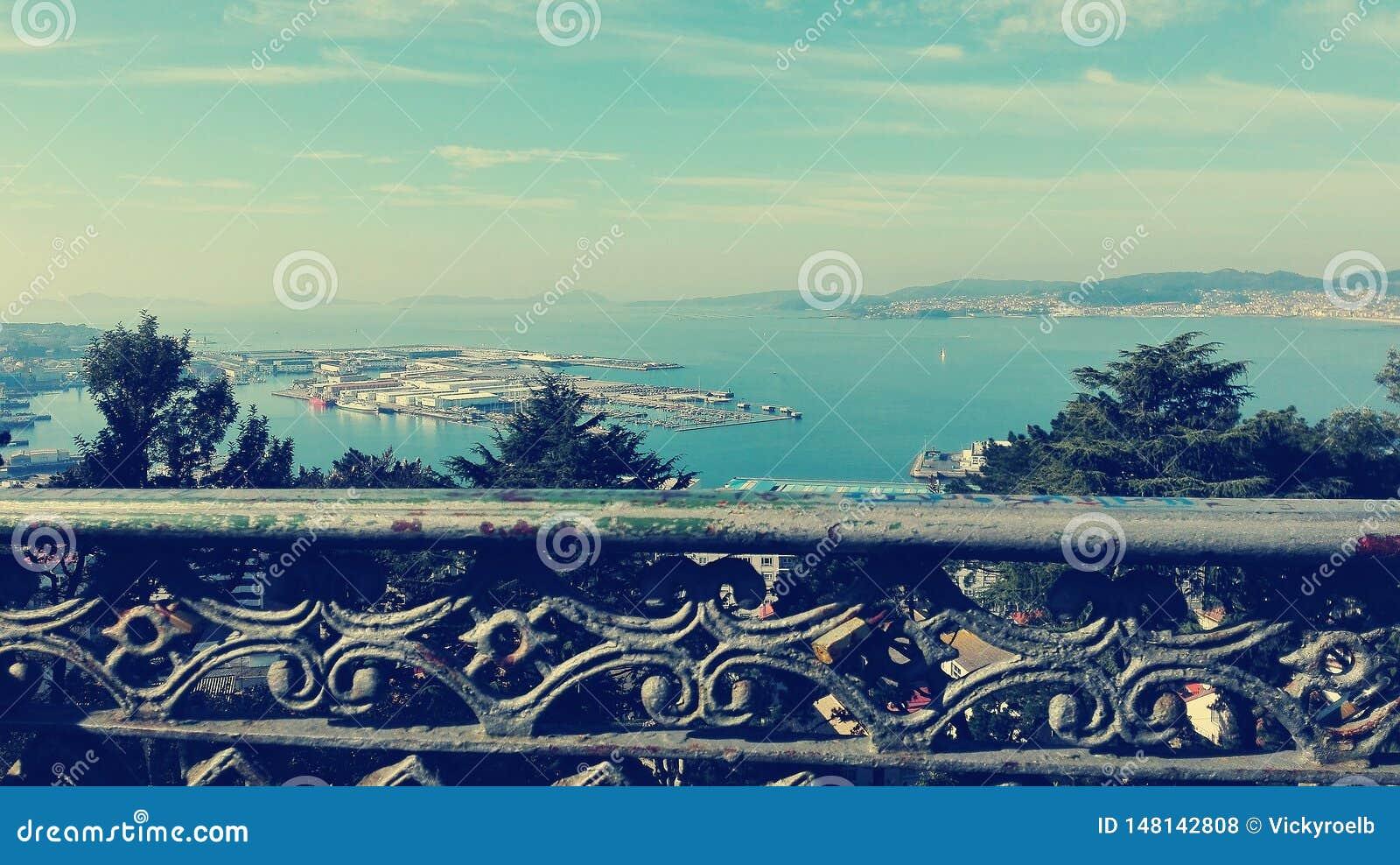 Paesaggio di bella vista da un recinto