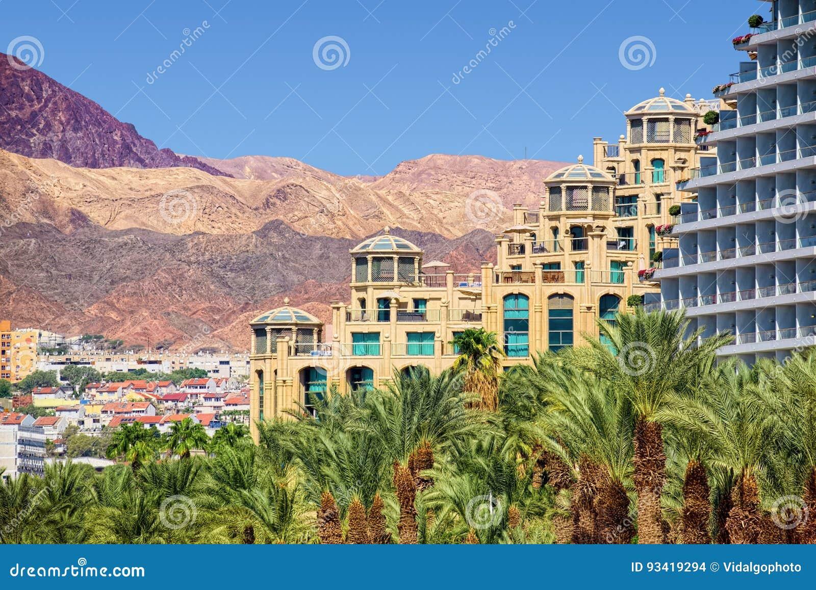 Paesaggio di Eilat con gli hotel e le montagne