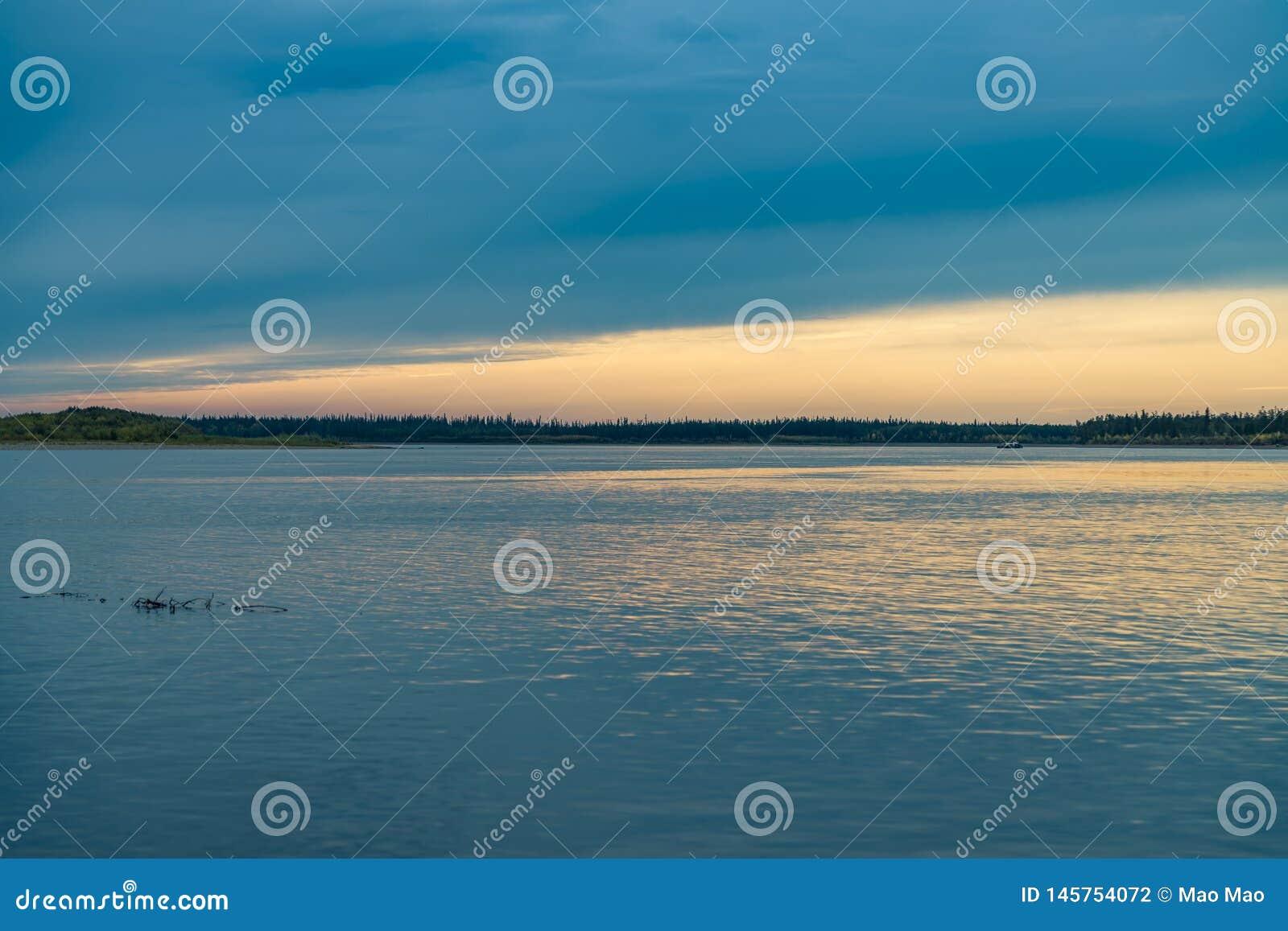 Paesaggio di estate sulle banche del Green River al tramonto, Russia