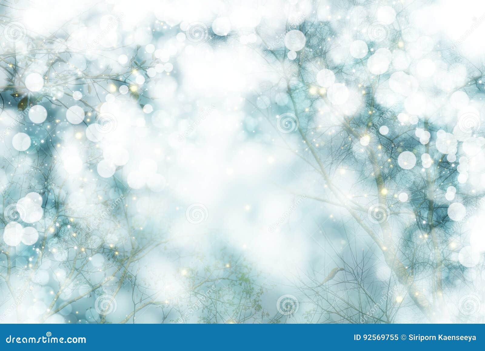 Paesaggio di inverno con l albero bianco e natale e nuovo anno della neve