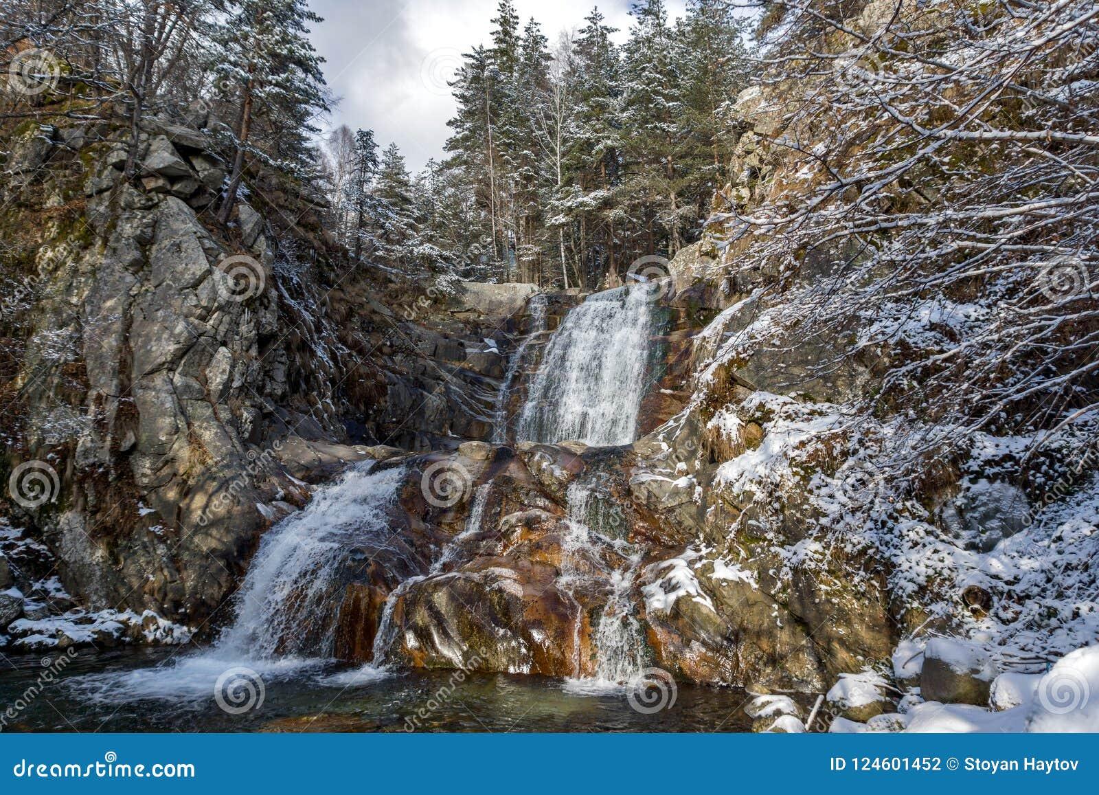 Paesaggio di inverno della cascata di Popina Laka vicino alla città di Sandanski, montagna di Pirin, Bulgaria