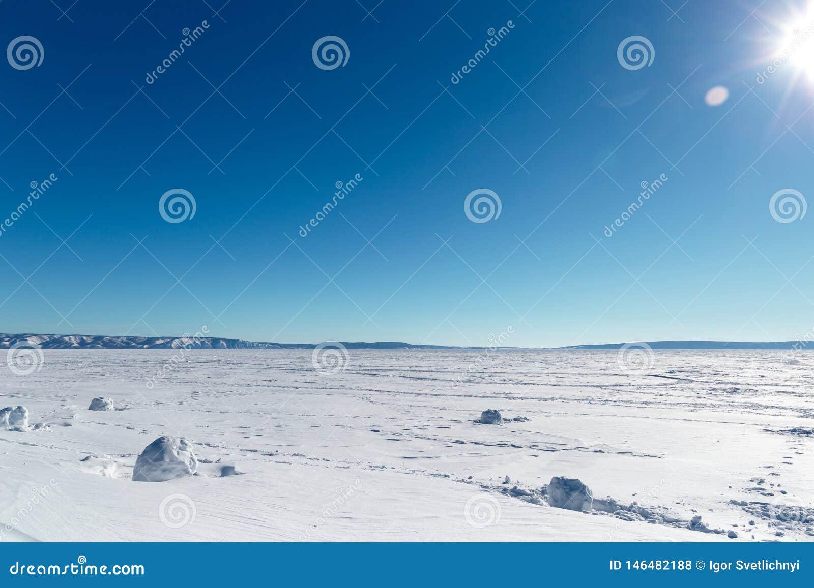 Paesaggio di inverno Lago congelato un chiaro giorno di inverno Lago congelato