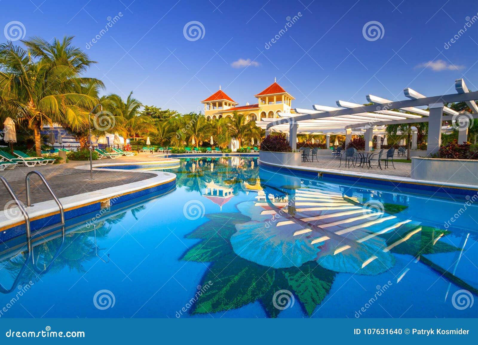 Paesaggio di lusso della piscina nel messico immagine editoriale