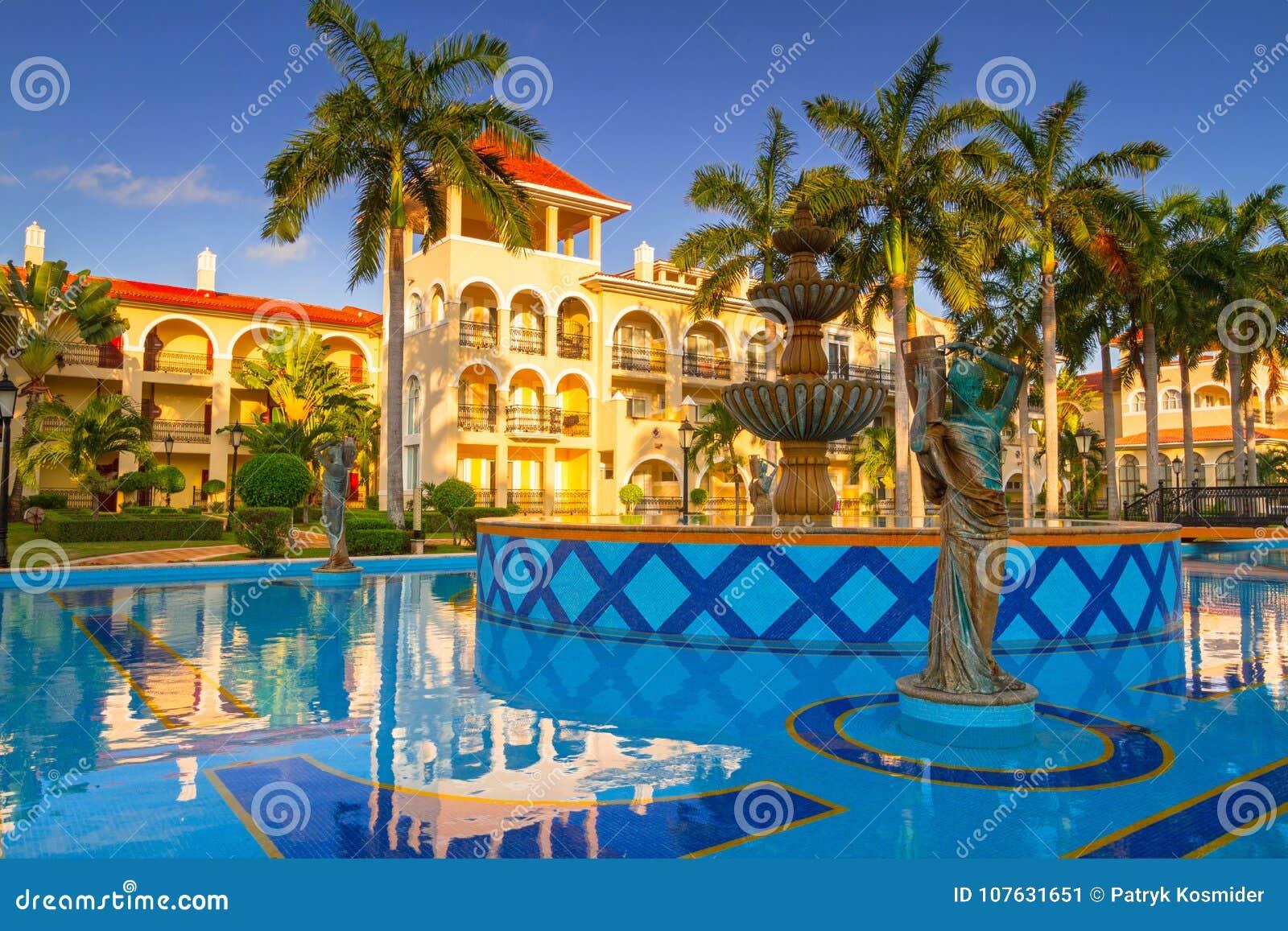 Paesaggio di lusso della piscina nel messico fotografia editoriale