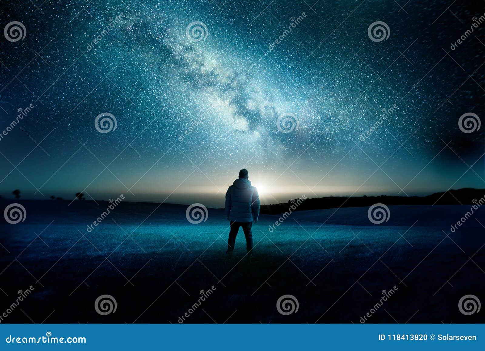 Paesaggio di notte della galassia della Via Lattea