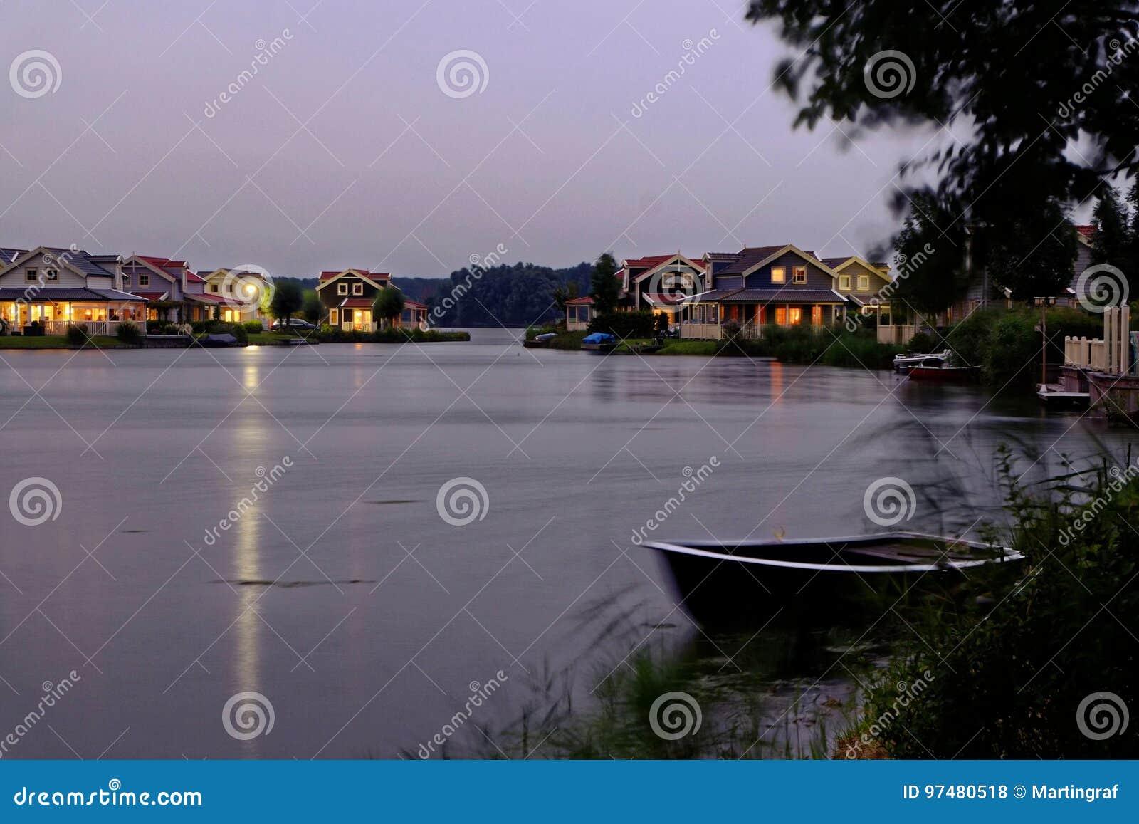 Paesaggio di notte delle case delle vacanze di Lakeside