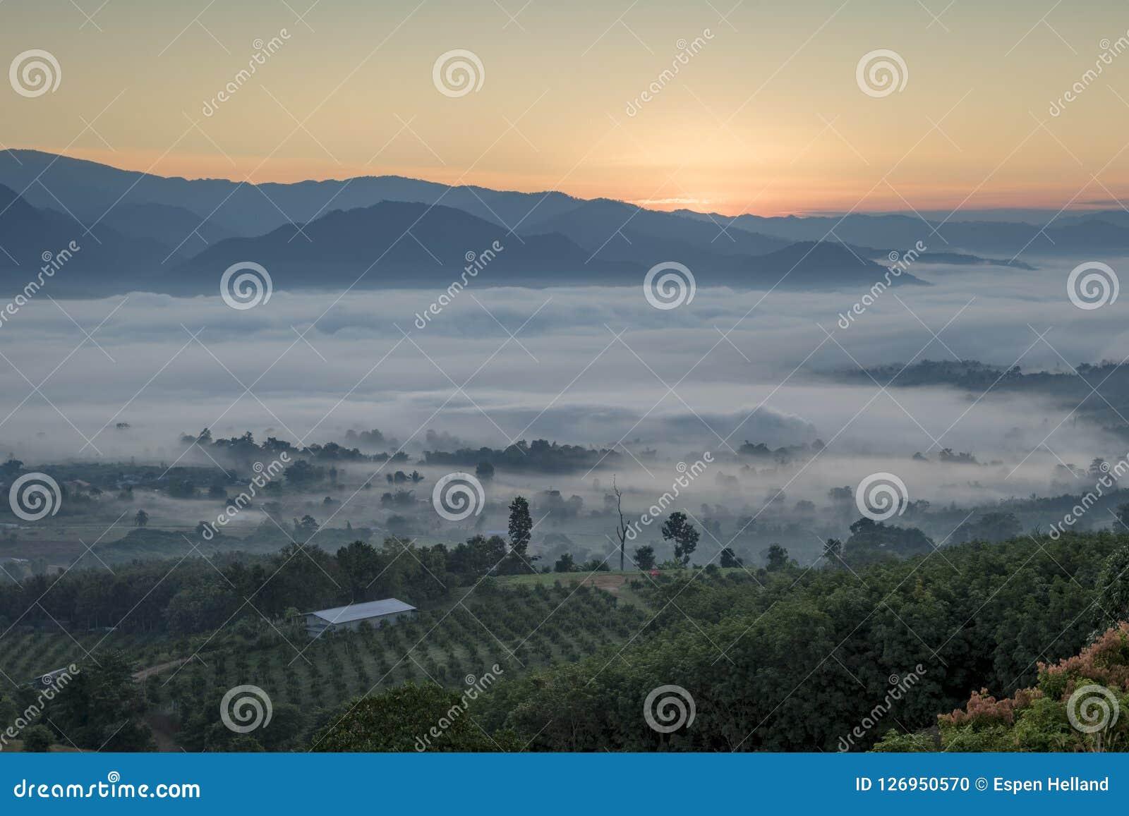 Paesaggio di Pai Thailand con foschia nelle valli ad alba