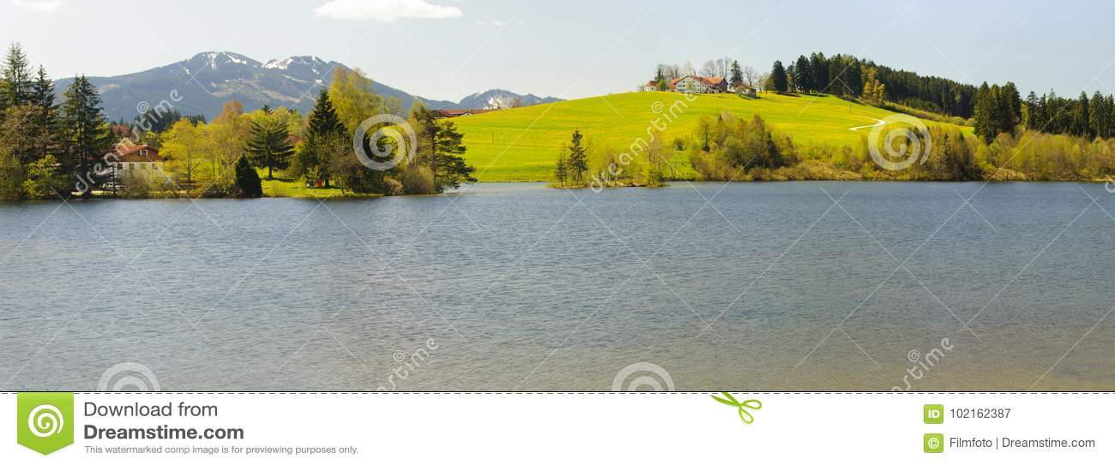 Paesaggio di panorama in Baviera con le montagne delle alpi