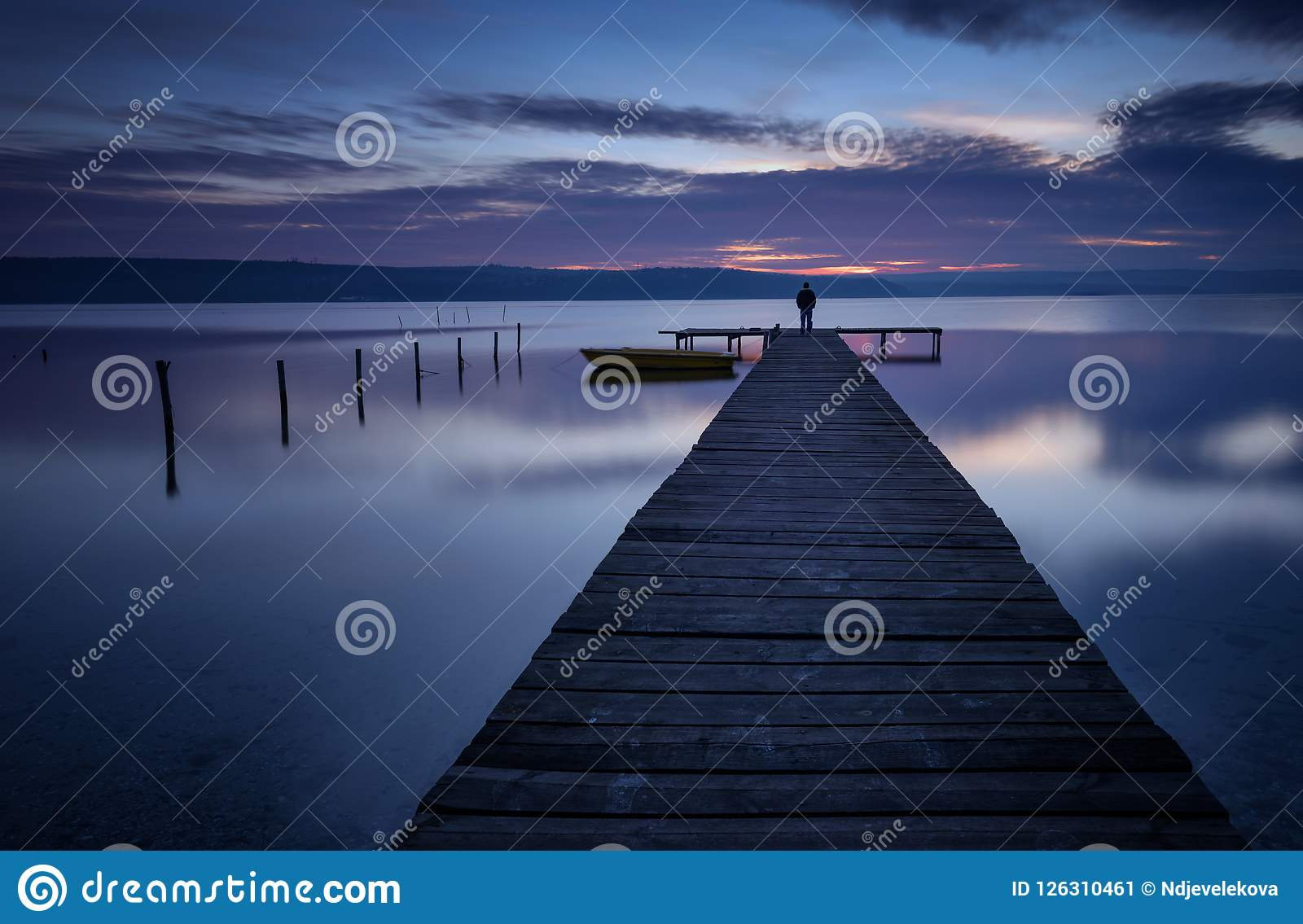 Paesaggio durante il tramonto Bella vista sul mare naturale, ora blu Tramonto di inverno ad una costa del lago vicino a Varna, Bu