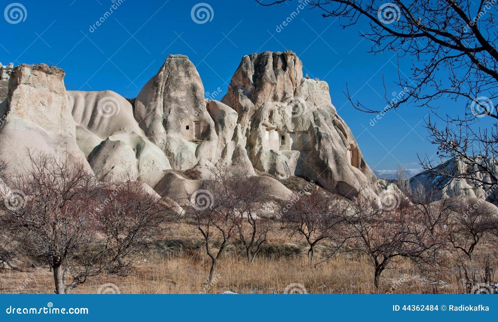 Paesaggio e cielo blu della montagna sopra roccioso la valle con il giardino asciutto