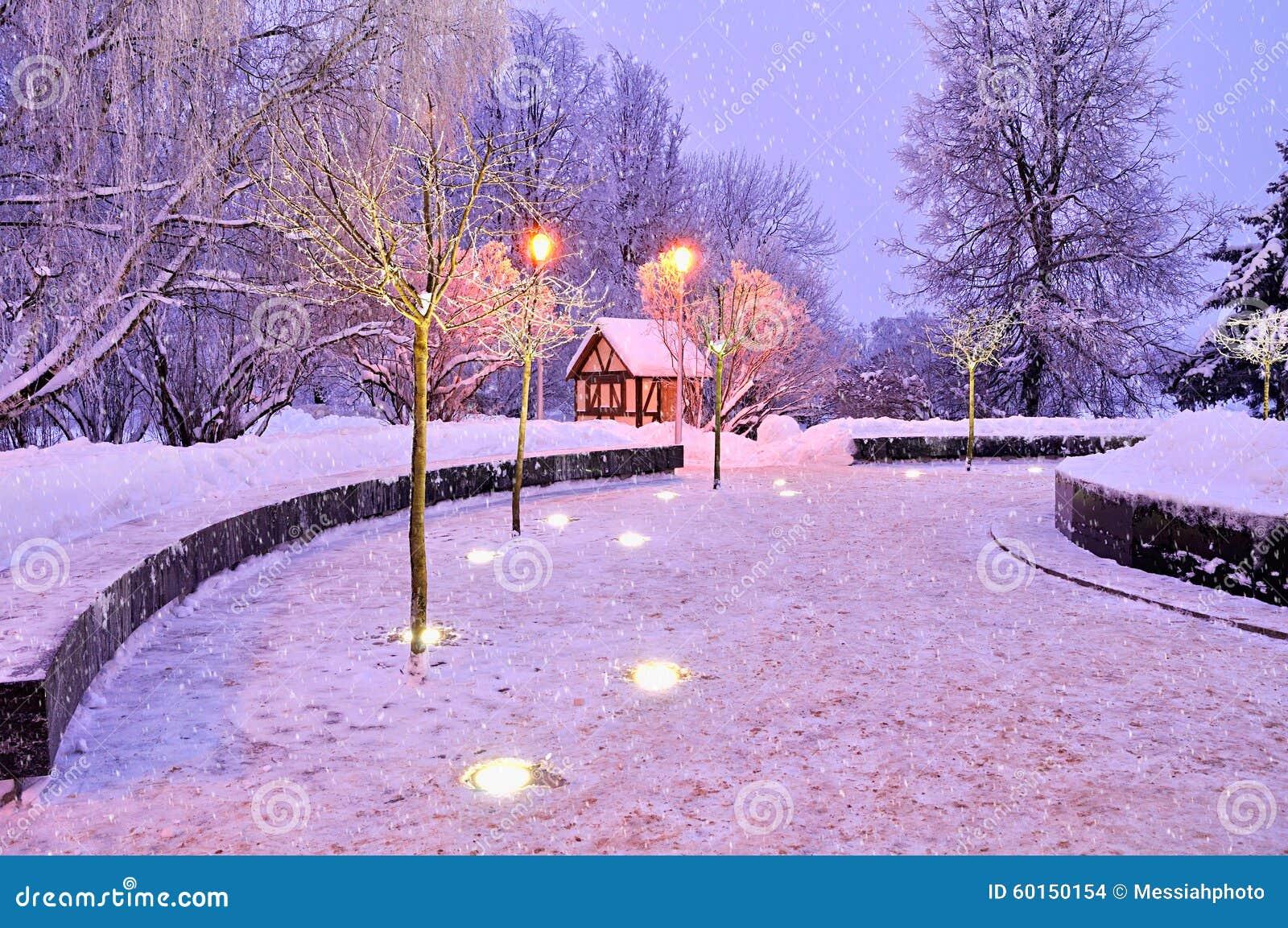 Paesaggio luminoso di notte di inverno con la casa sola e for Immagini inverno sfondi