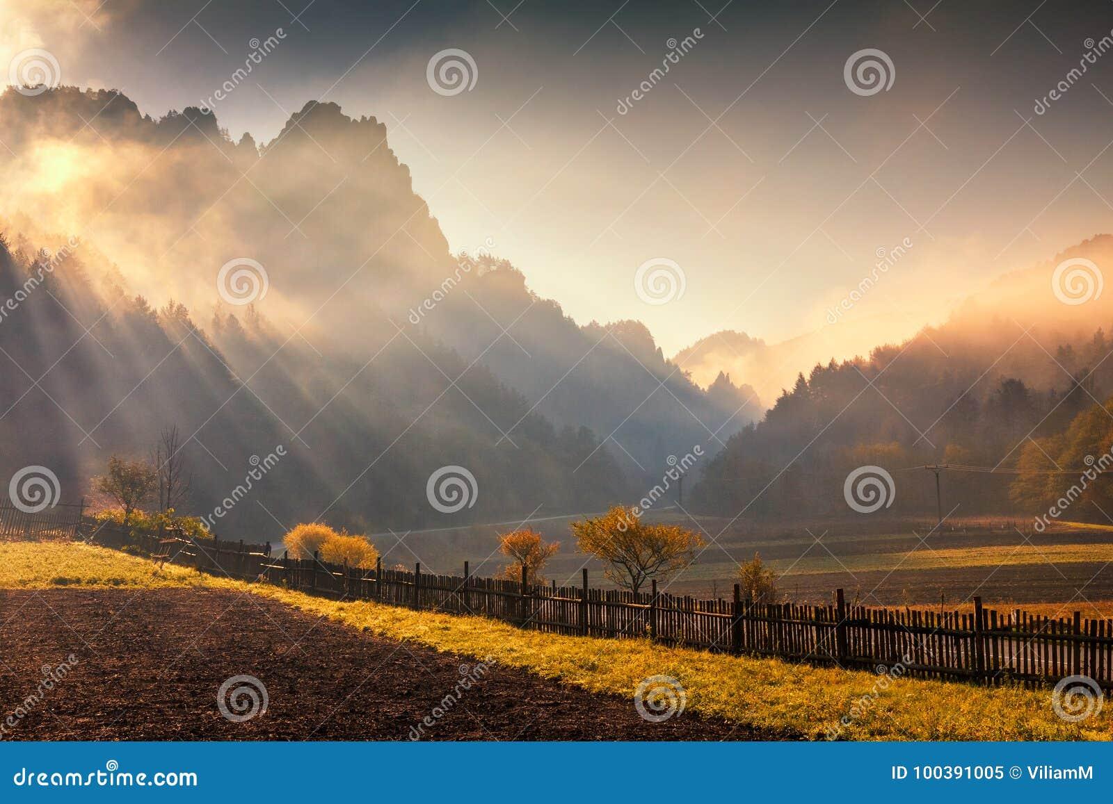 Paesaggio montagnoso nei colori di autunno