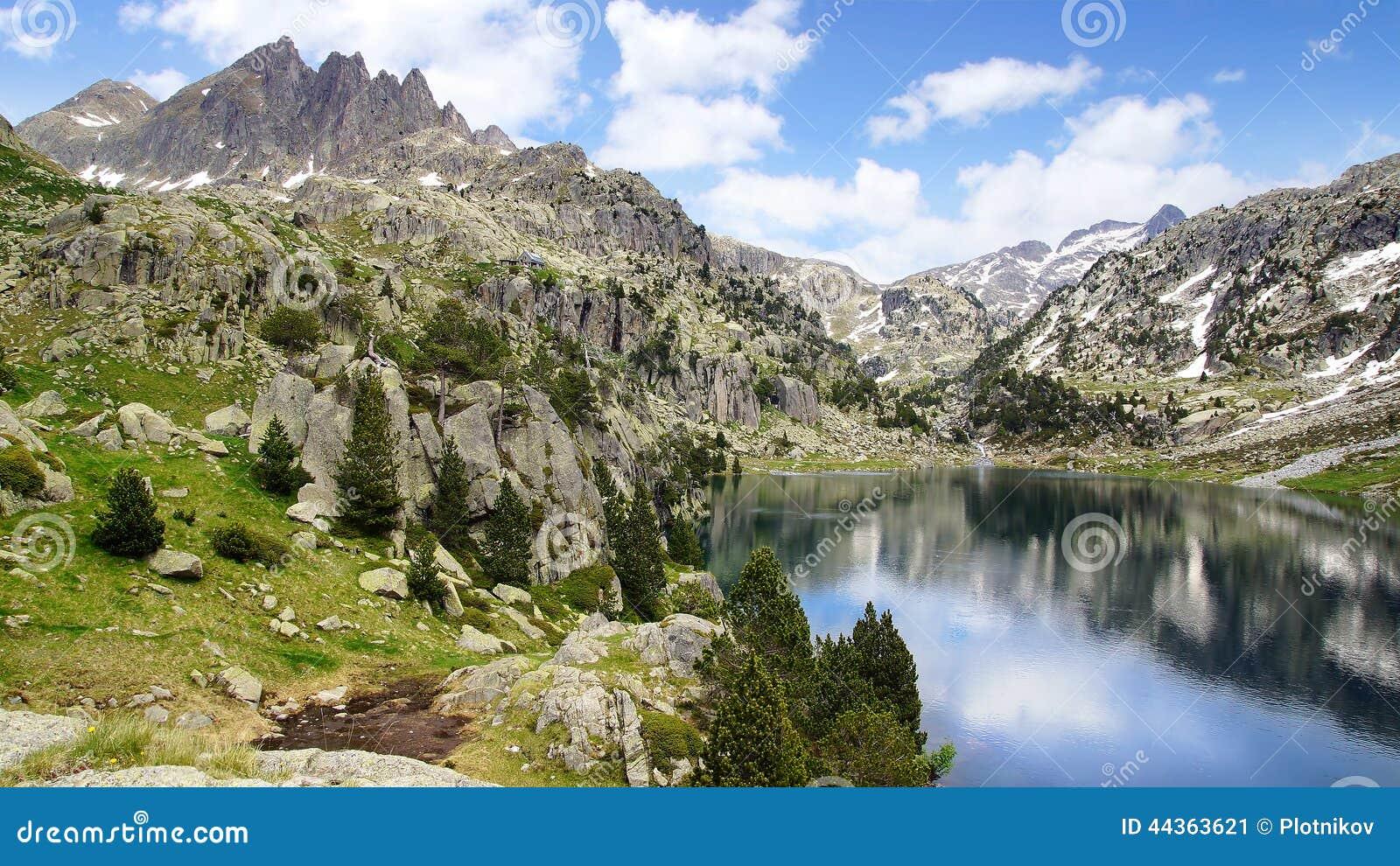 Paesaggio pittoresco della natura con il lago