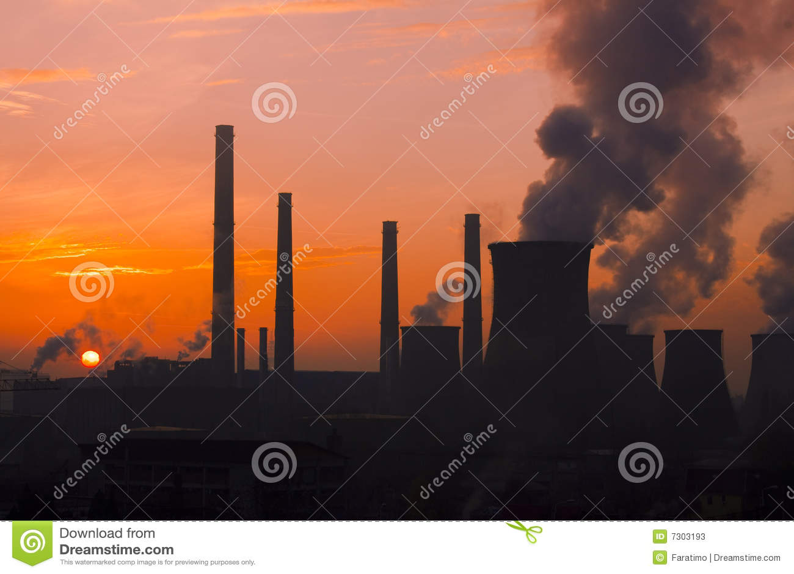 Paesaggio poluating urbano della fabbrica sul tramonto