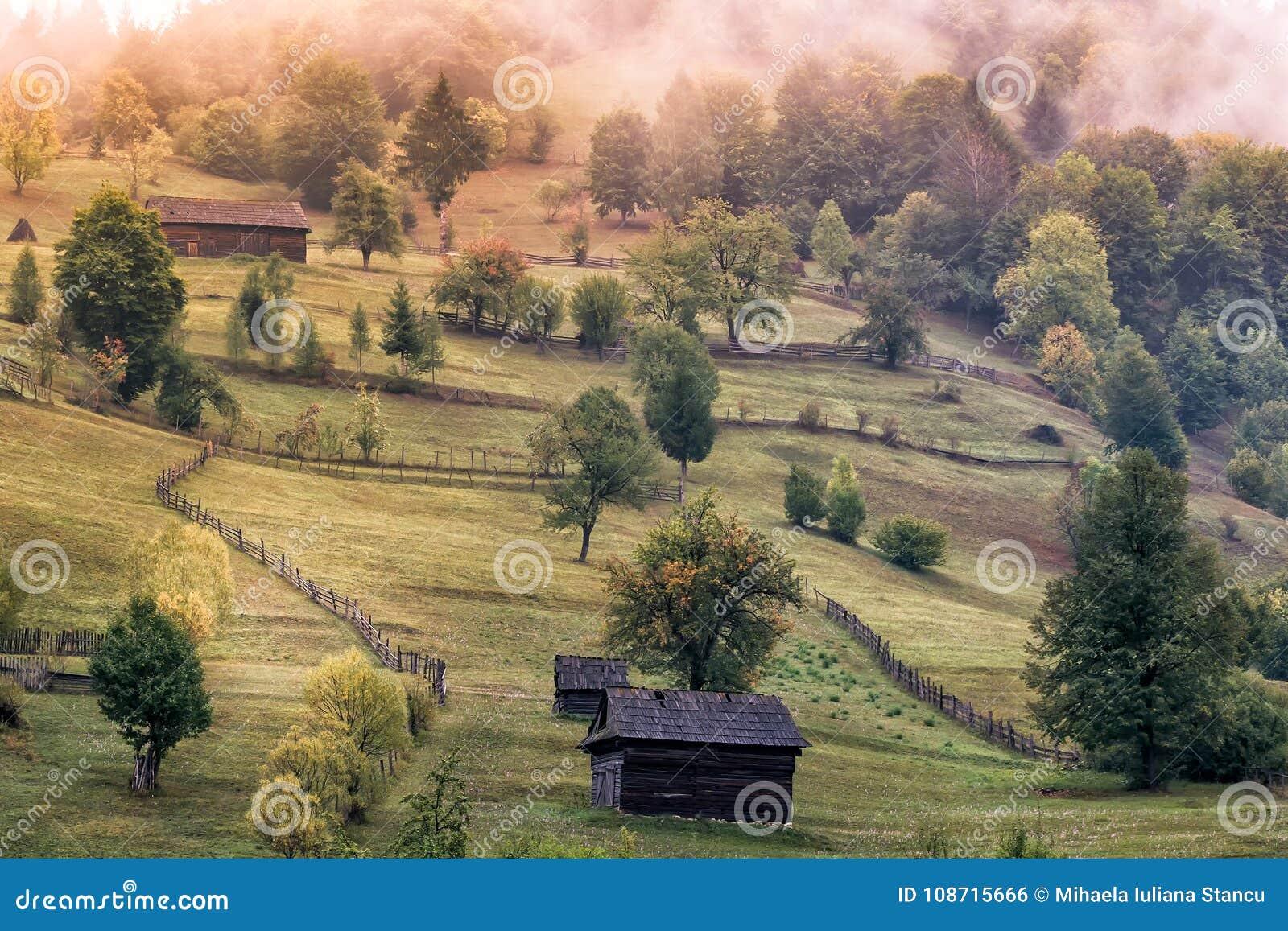 Recinzioni Per Case Di Montagna paesaggio rurale di bello autunno con le vecchi case, alberi