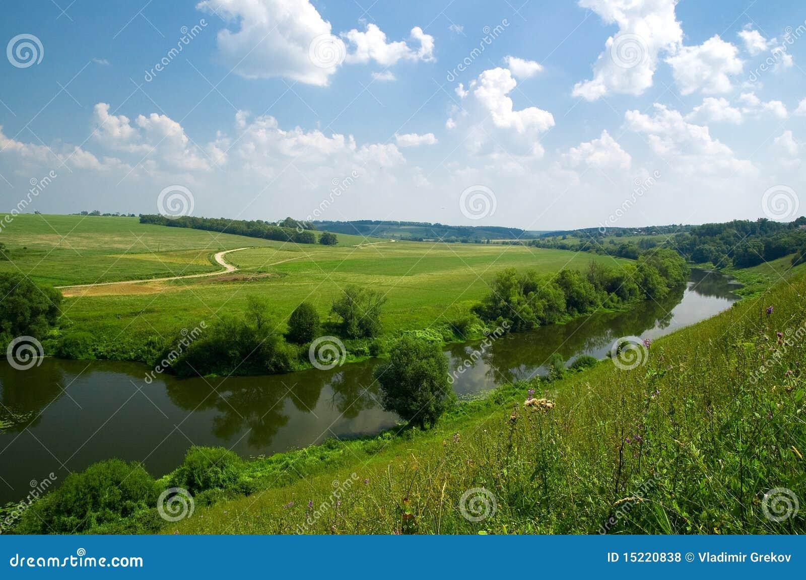 Paesaggio russo con il fiume