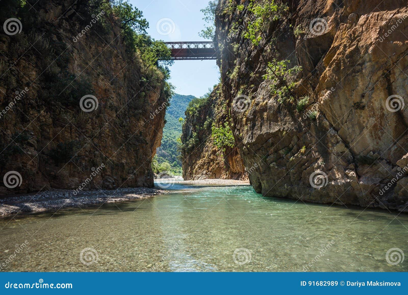 Paesaggio scenico della montagna con il fiume di Krikiliotis, Evritania